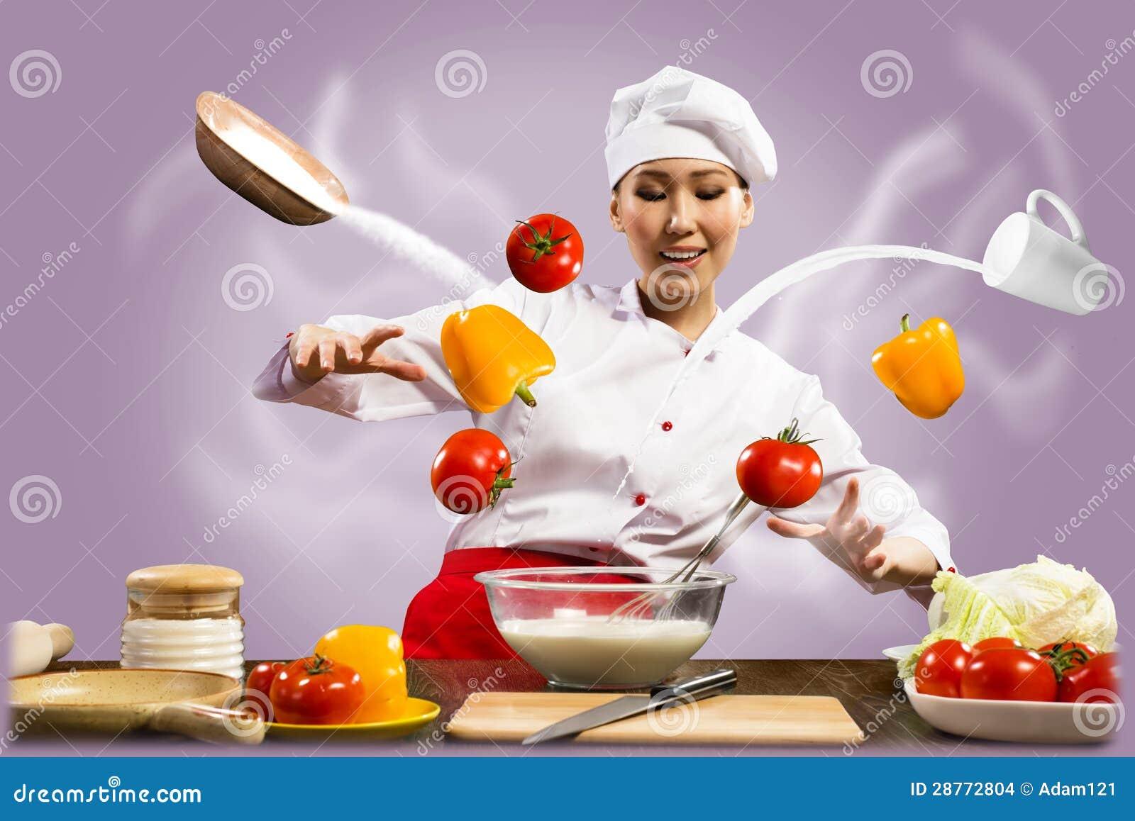 亚裔女性厨师在厨房召唤