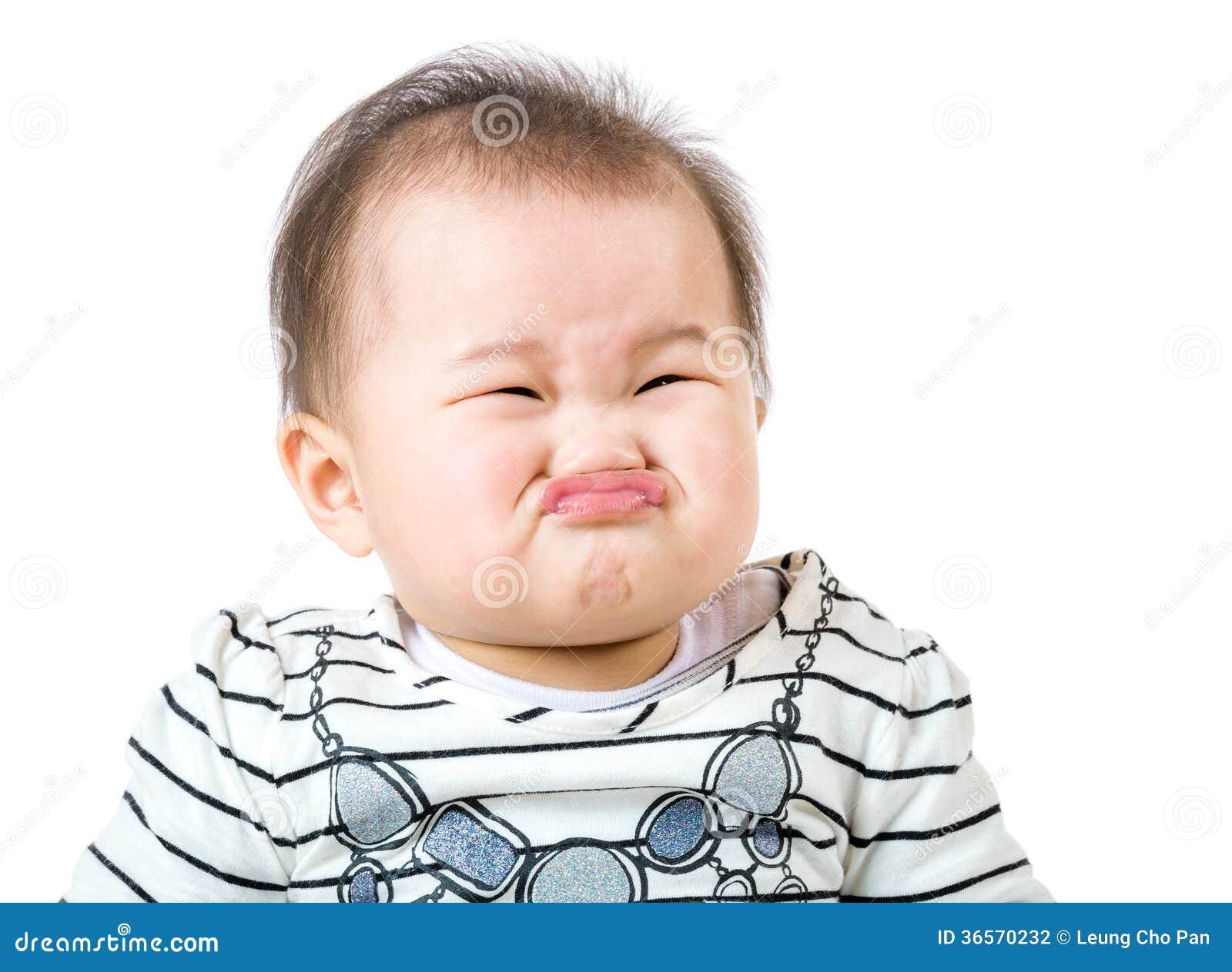 亚裔女婴做生气面孔