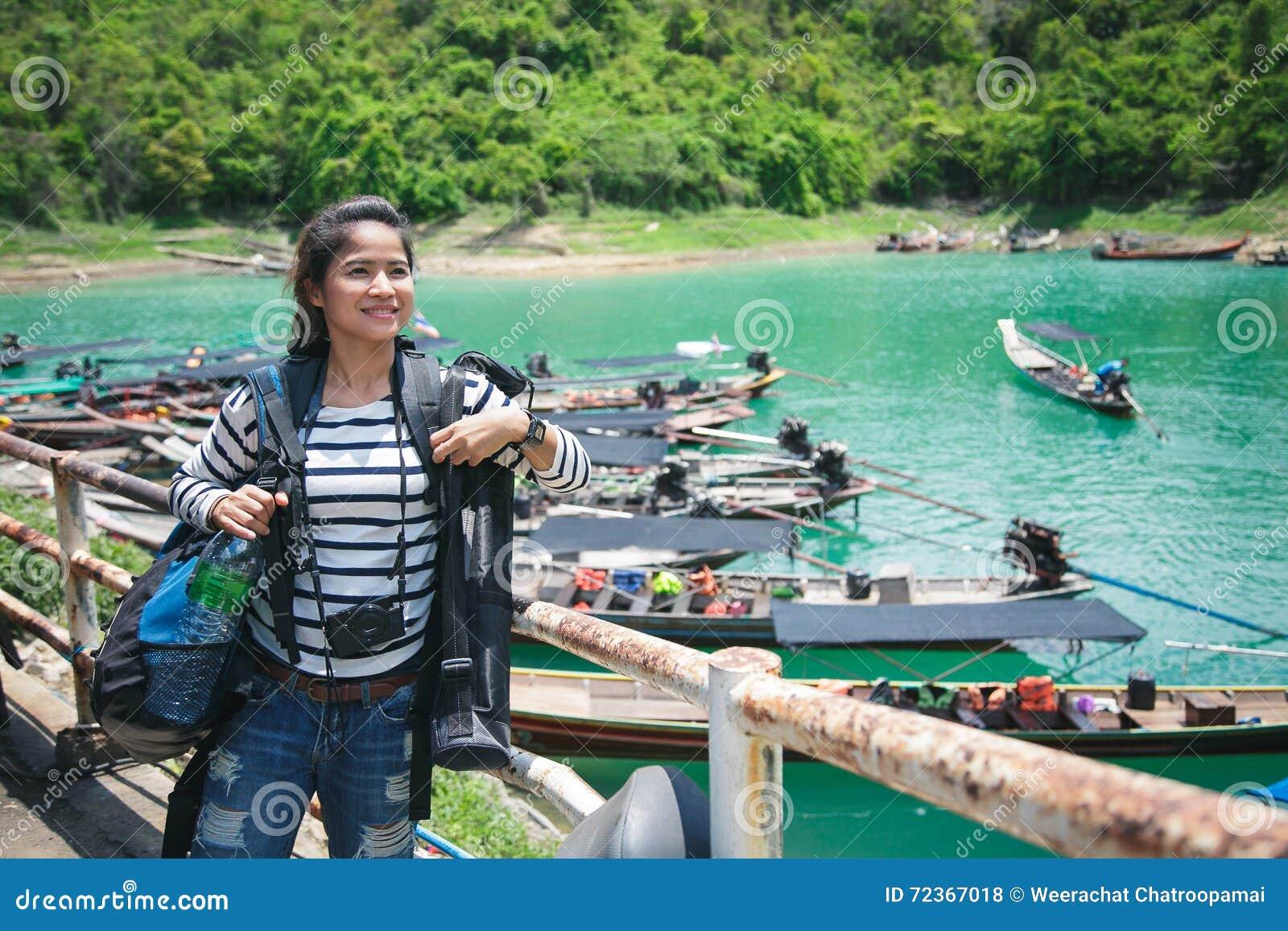 亚裔妇女可爱的行李和旅行