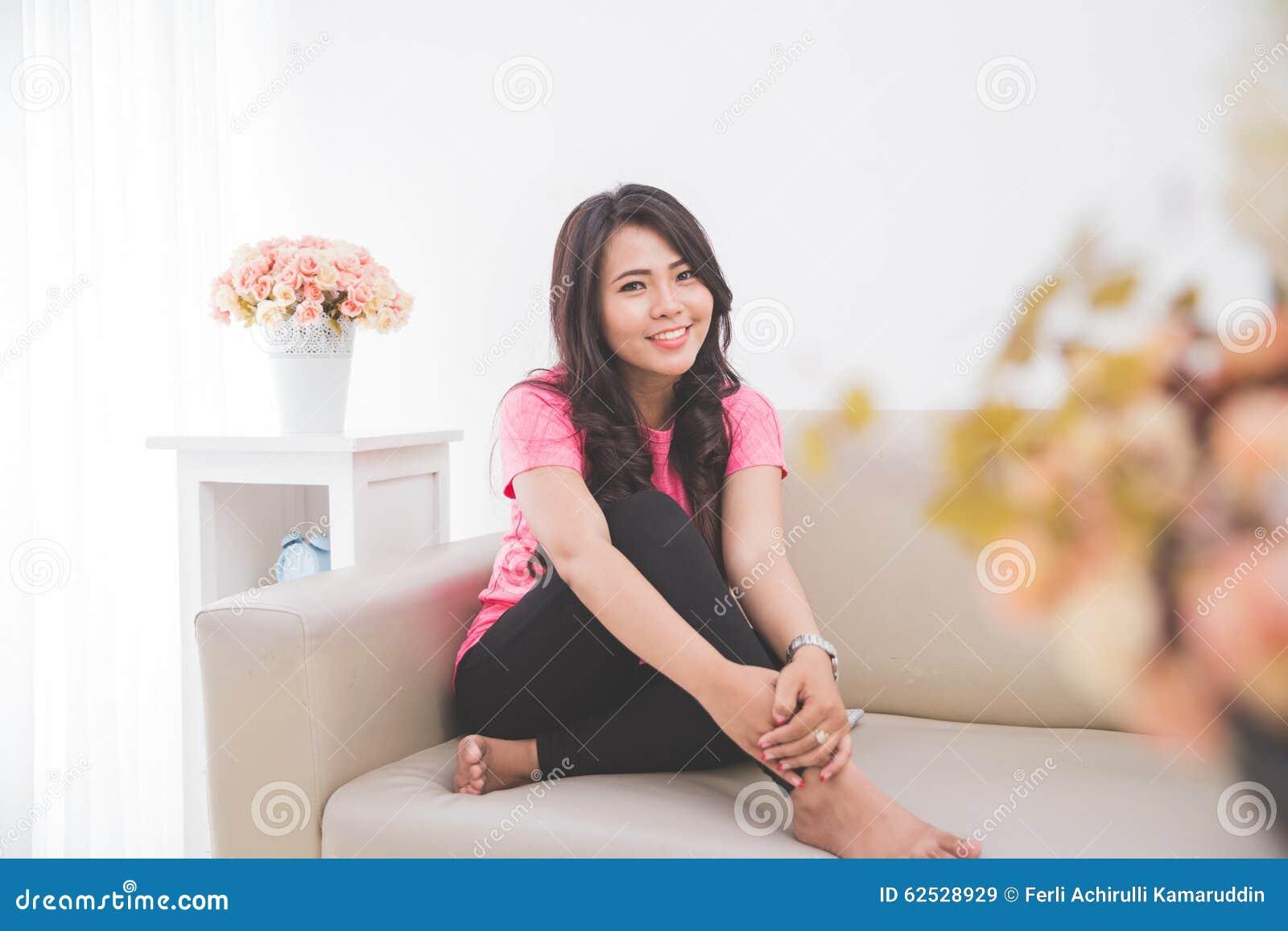 亚裔妇女坐长沙发