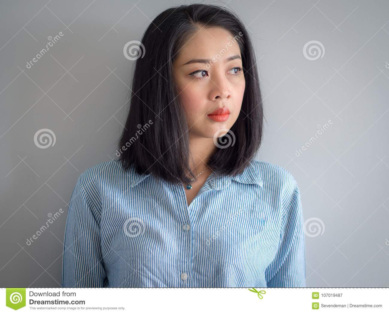亚裔妇女顶头射击画象有大眼睛的