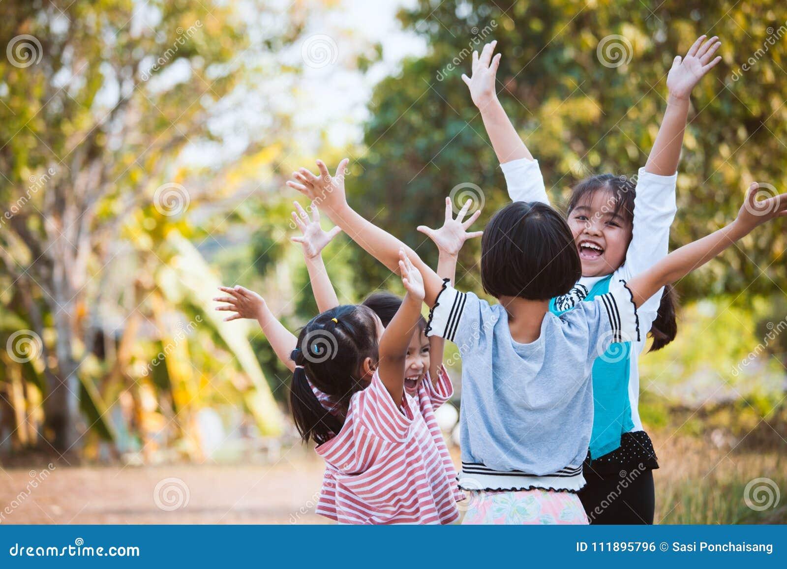 亚裔孩子与乐趣一起培养手和使用