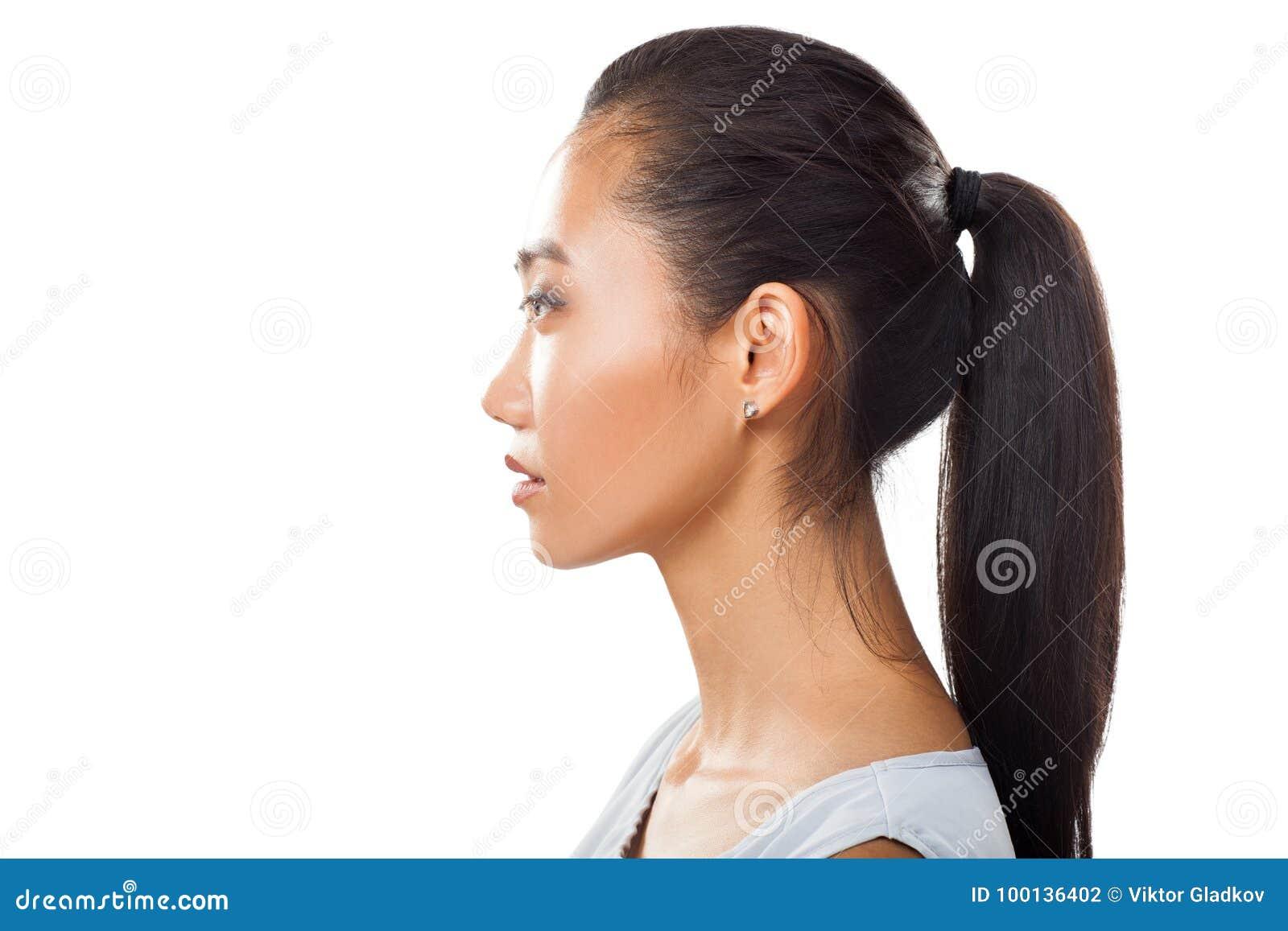 亚裔少妇特写镜头画象外形的与马尾辫