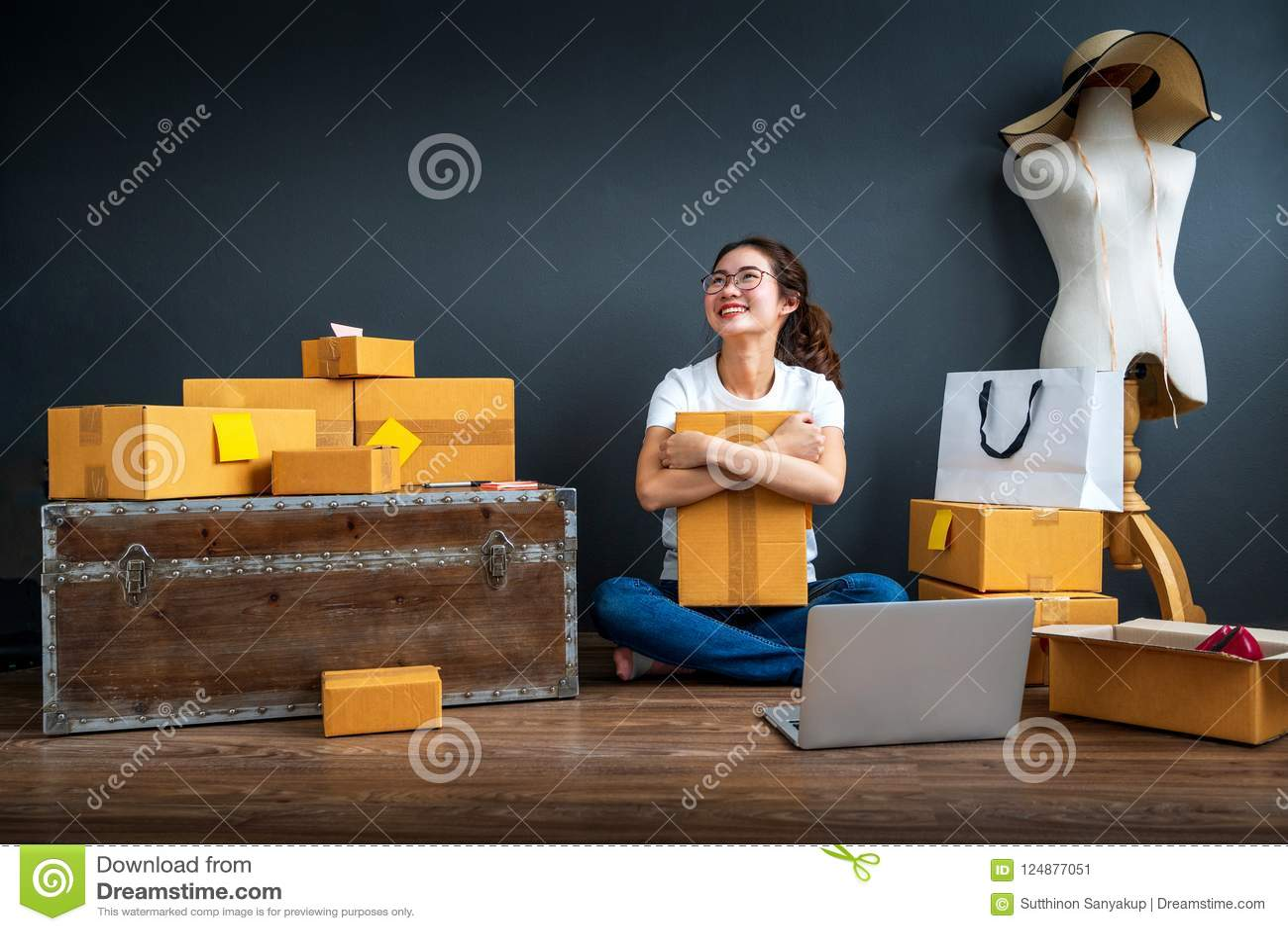 亚裔少年所有者女商人为网上购物和销售在家工作 使并且冲击亚洲妇女成功惊奇的面孔在m的