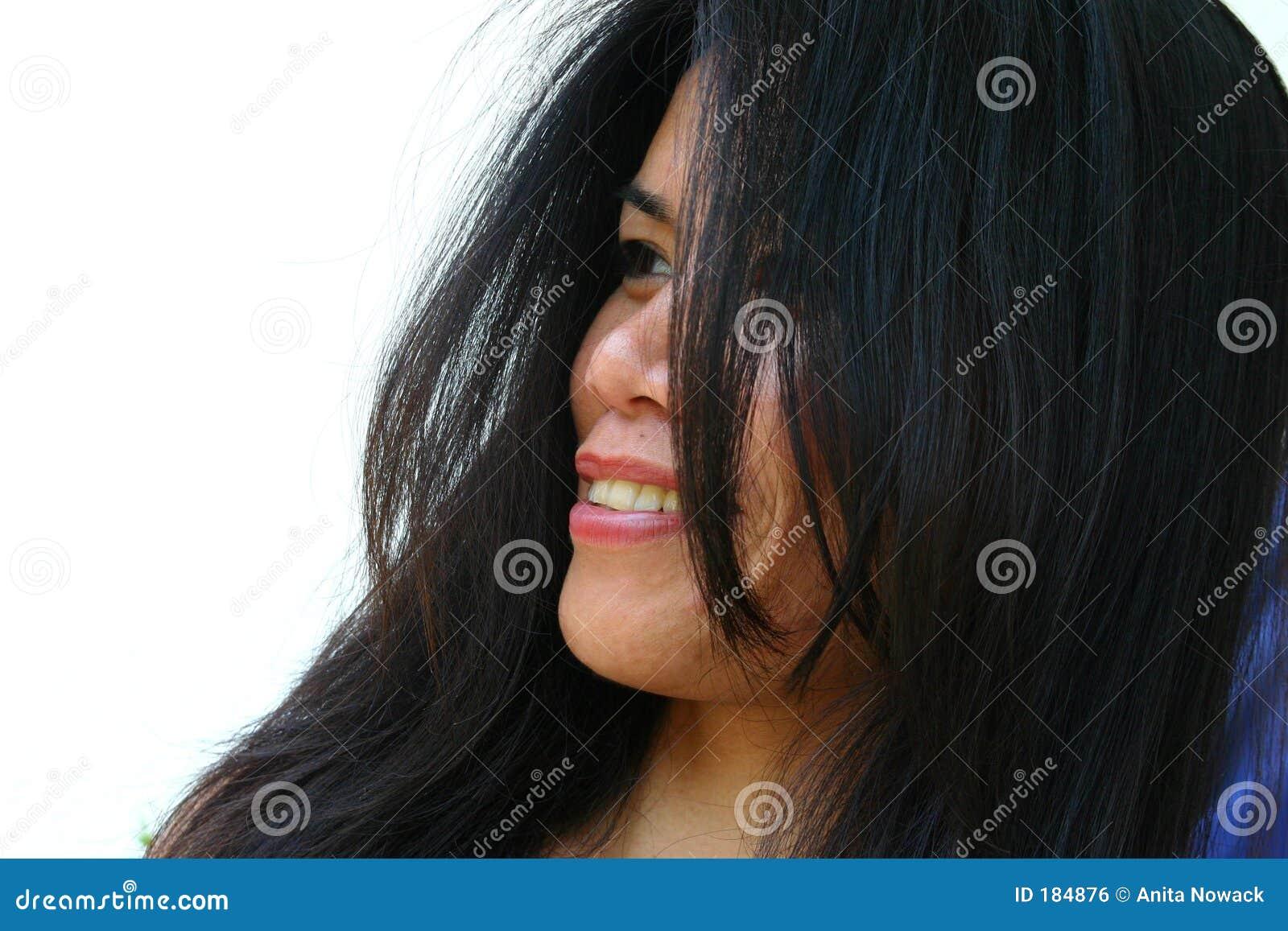 亚裔微笑的妇女