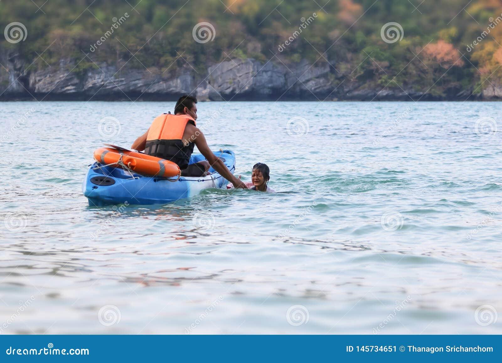 亚裔父亲和女儿是教和训练救生员或抢救在海滩