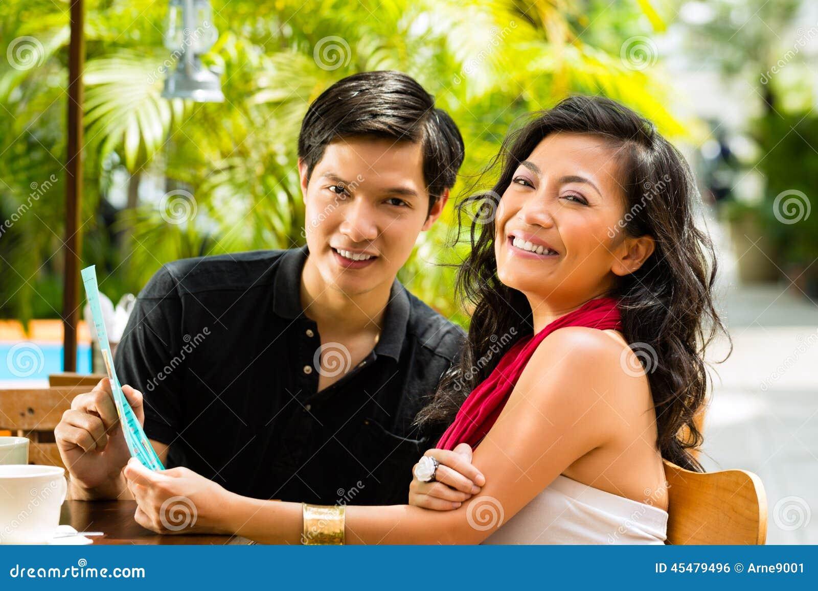 亚裔男人和妇女在餐馆
