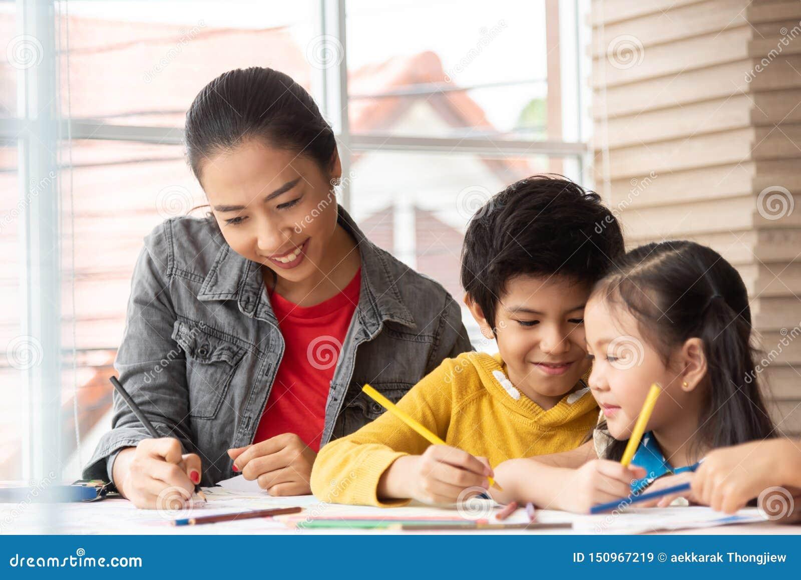亚裔老师教的艺术和上色与小孩