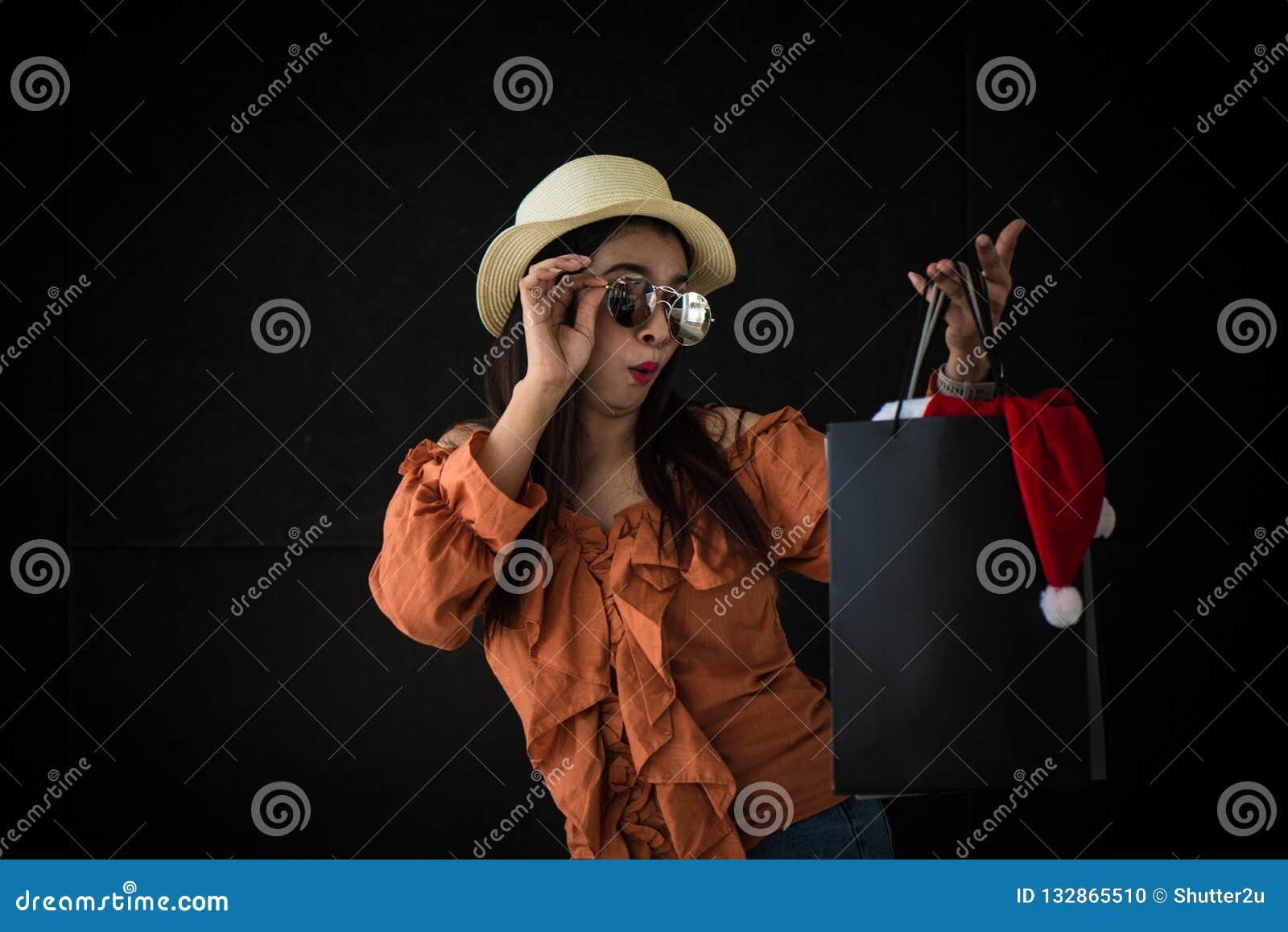 亚裔购物的妇女惊奇与黑星期五的购物带来