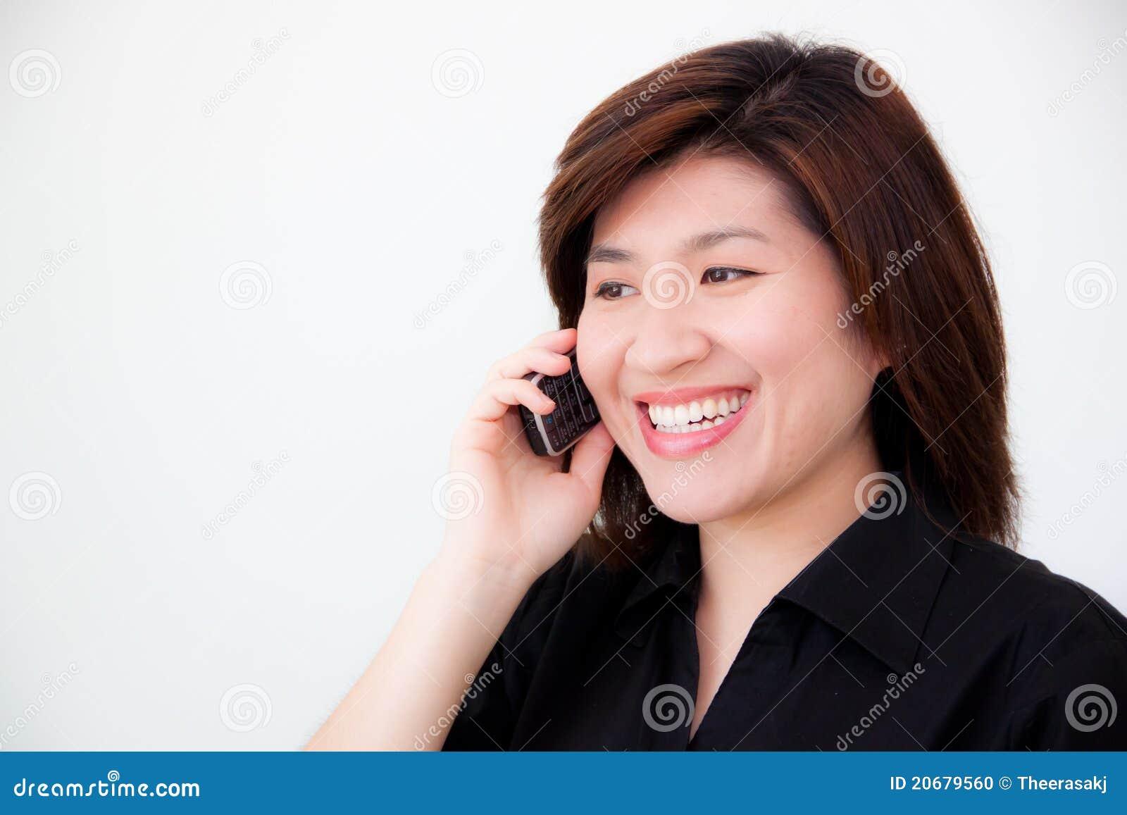 黑人战亚裔女_亚裔黑人衬衣电话妇女