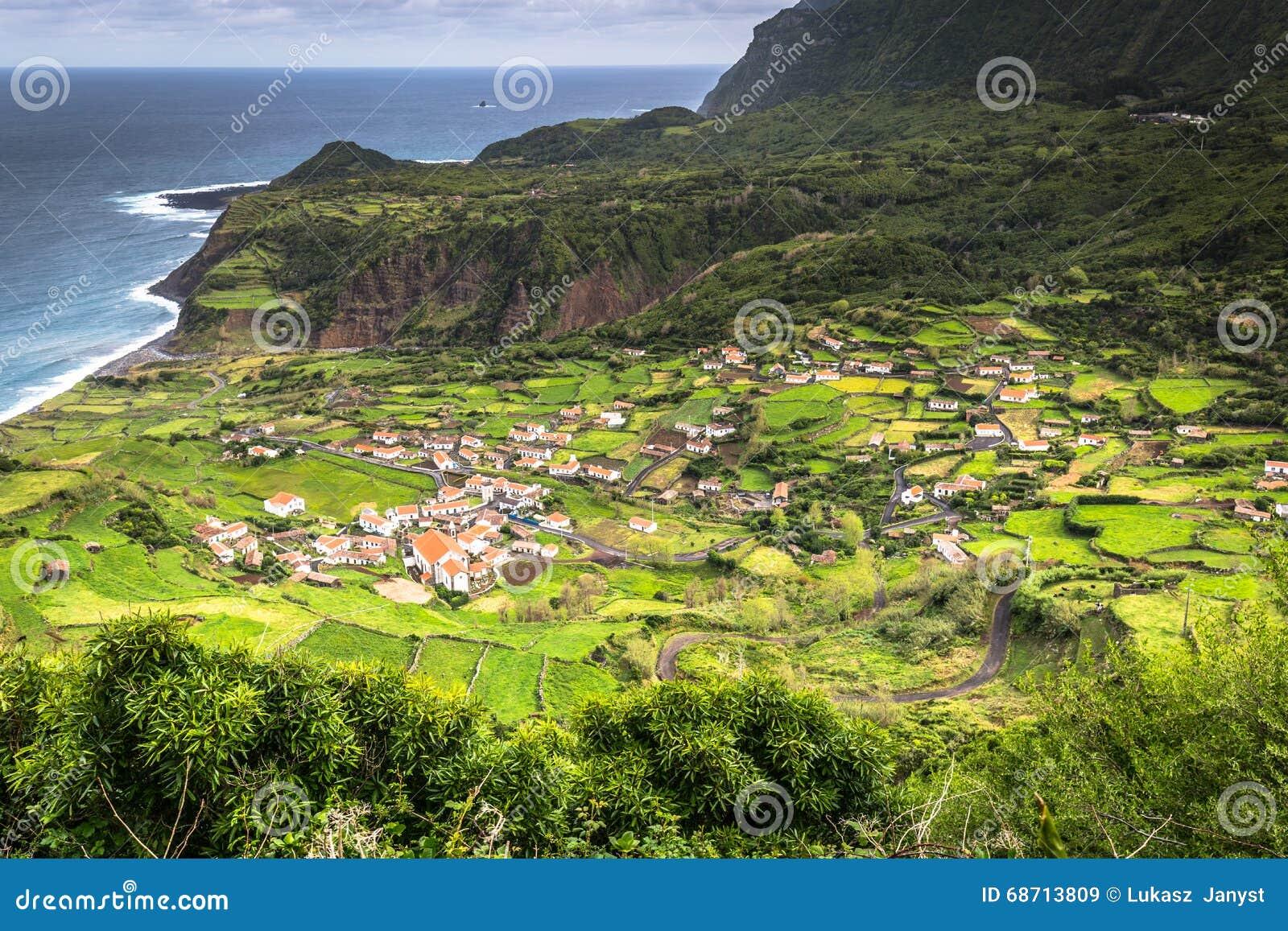 亚速尔群岛海岸线风景在重创的Faja,弗洛勒斯海岛 Portug