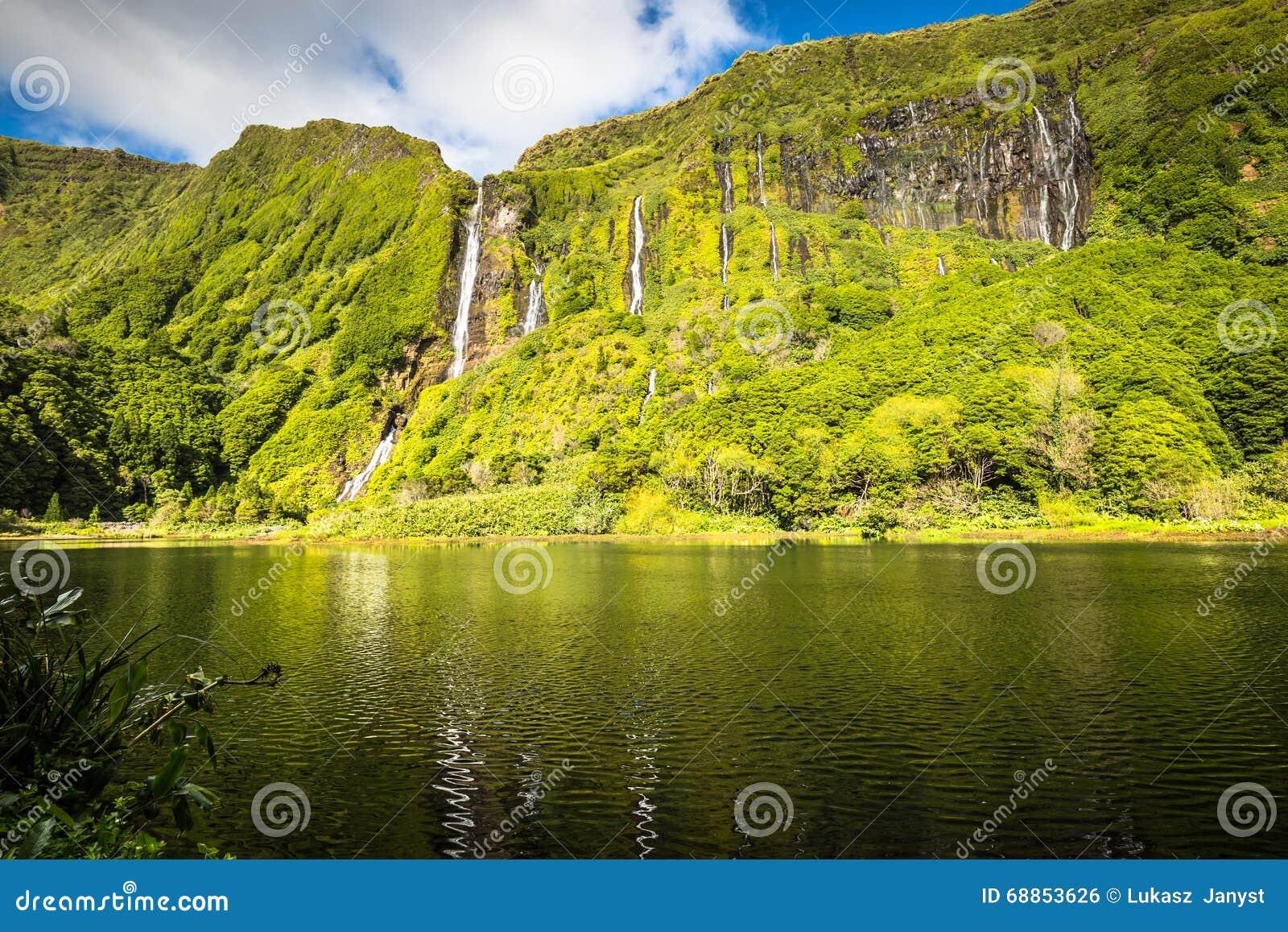 亚速尔群岛风景在弗洛勒斯海岛 瀑布在Pozo da Alagoin