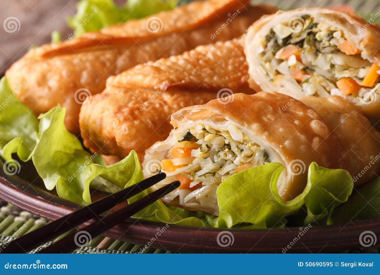 Download 亚洲人油煎了在板材宏指令切的春卷,水平 库存图片. 图片 包括有 没人, 部分, 膳食, 昏暗, 快餐, 聚会所 - 50690595