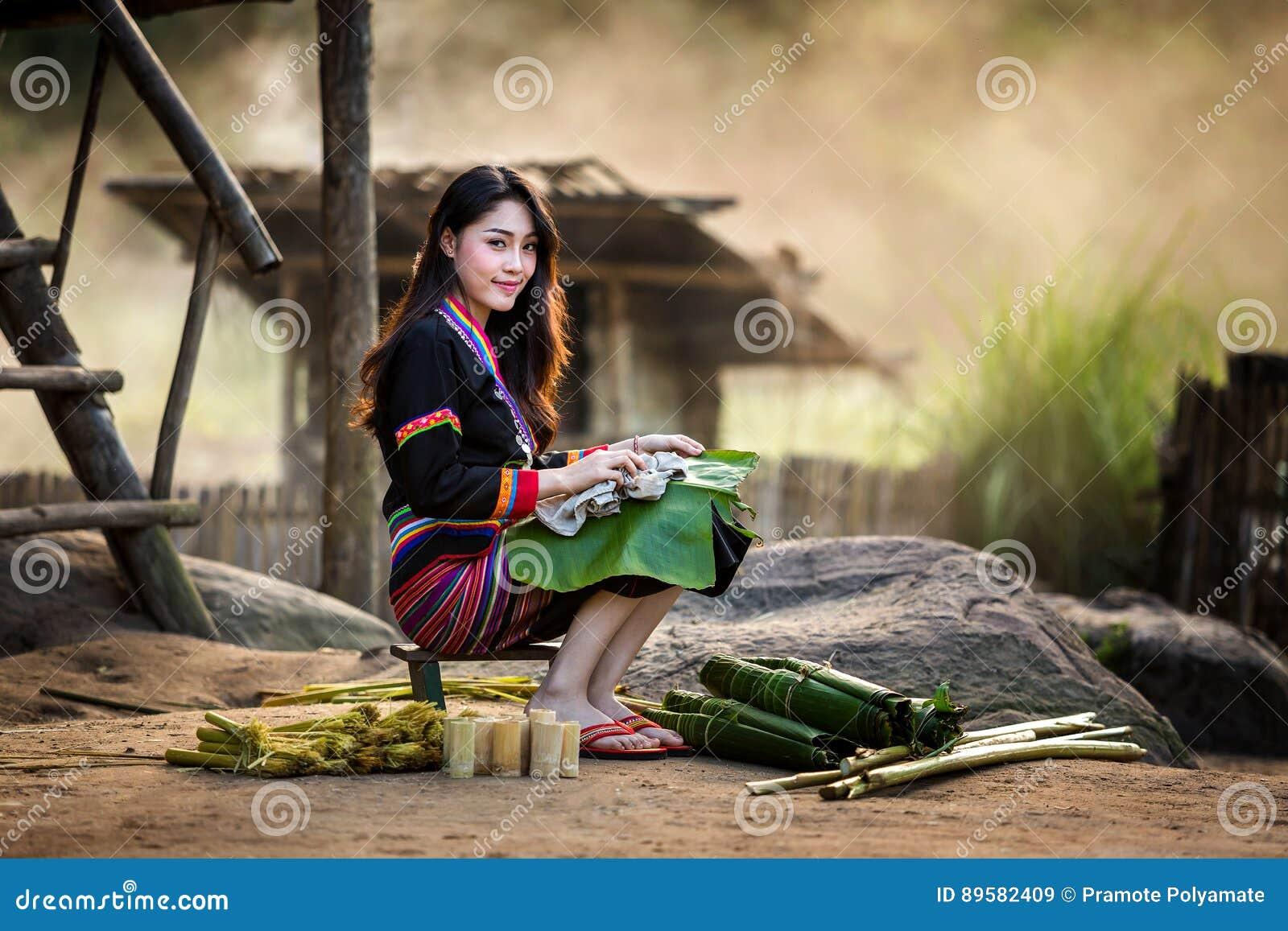 亚洲人给hmong老挝传统妇女穿衣