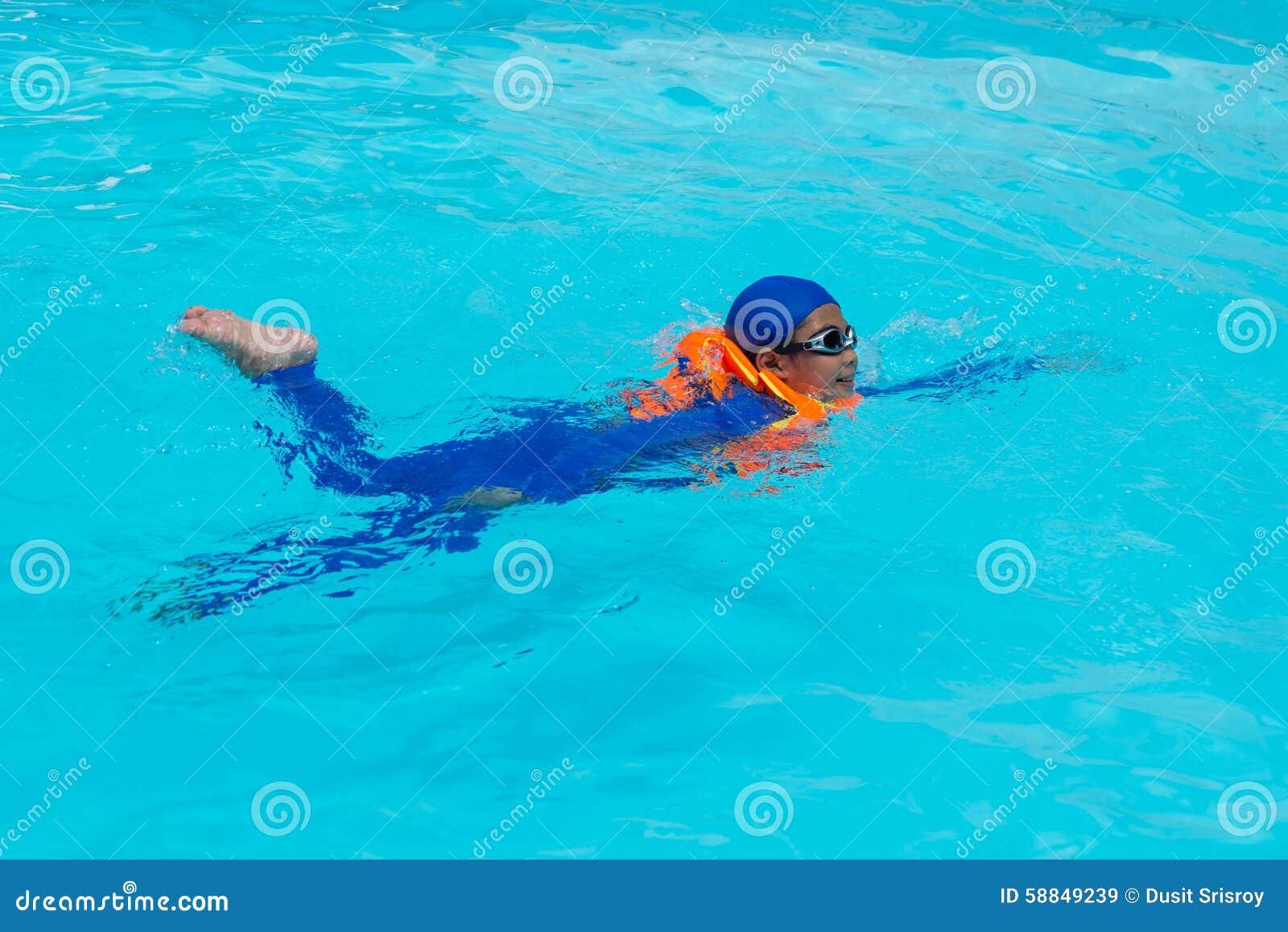 亚洲在水池的男孩游泳