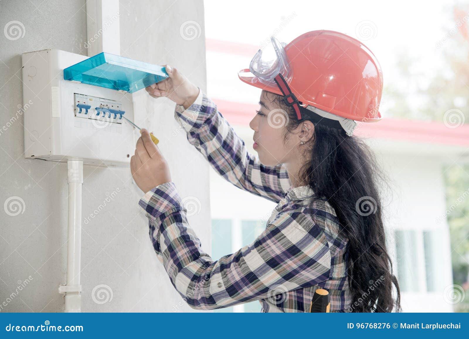 亚洲女性电工或工程师检查或检查电气系统开关