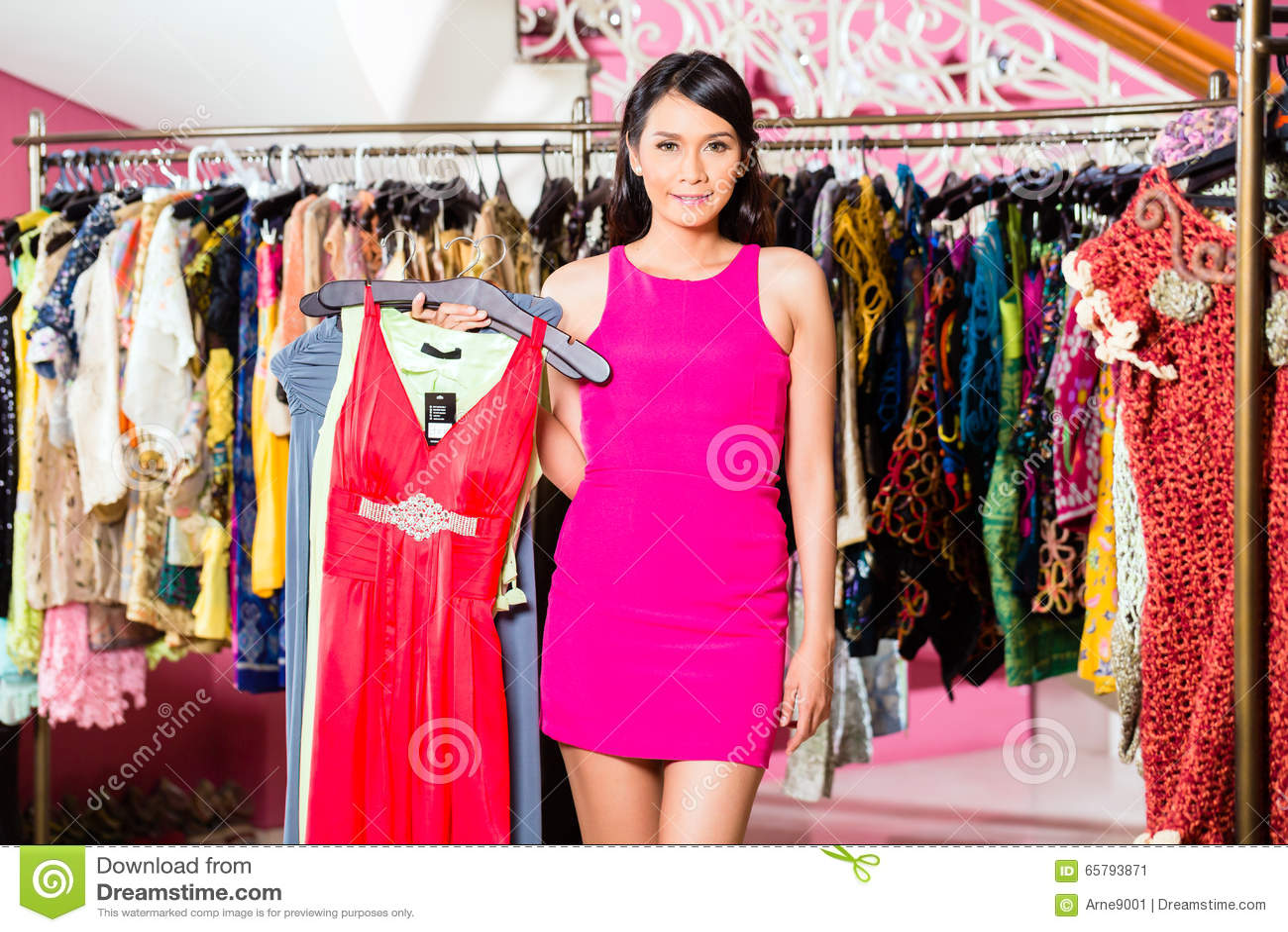 库存照片: 亚洲妇女购物在时尚商店