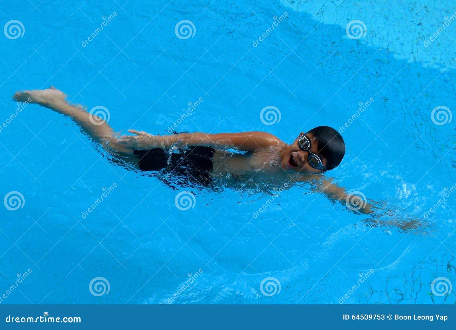 亚洲孩子在游泳池-爬泳样式游泳