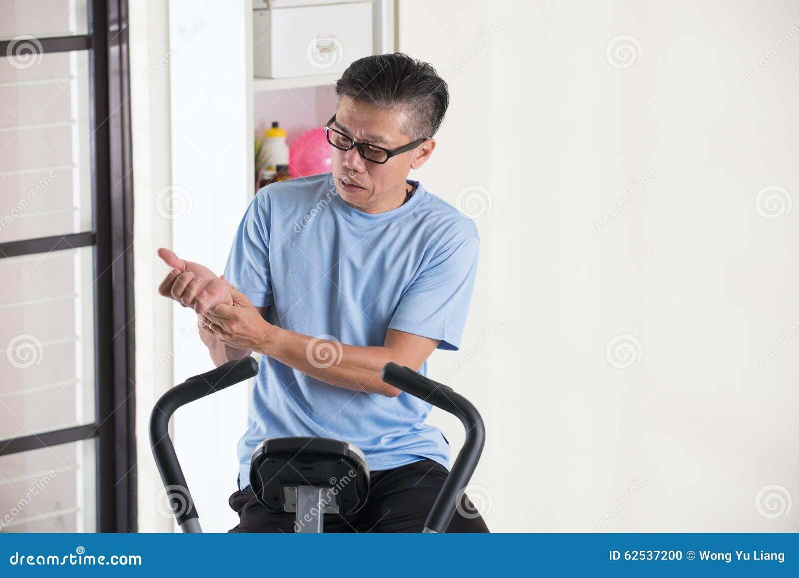 亚洲资深男性手伤