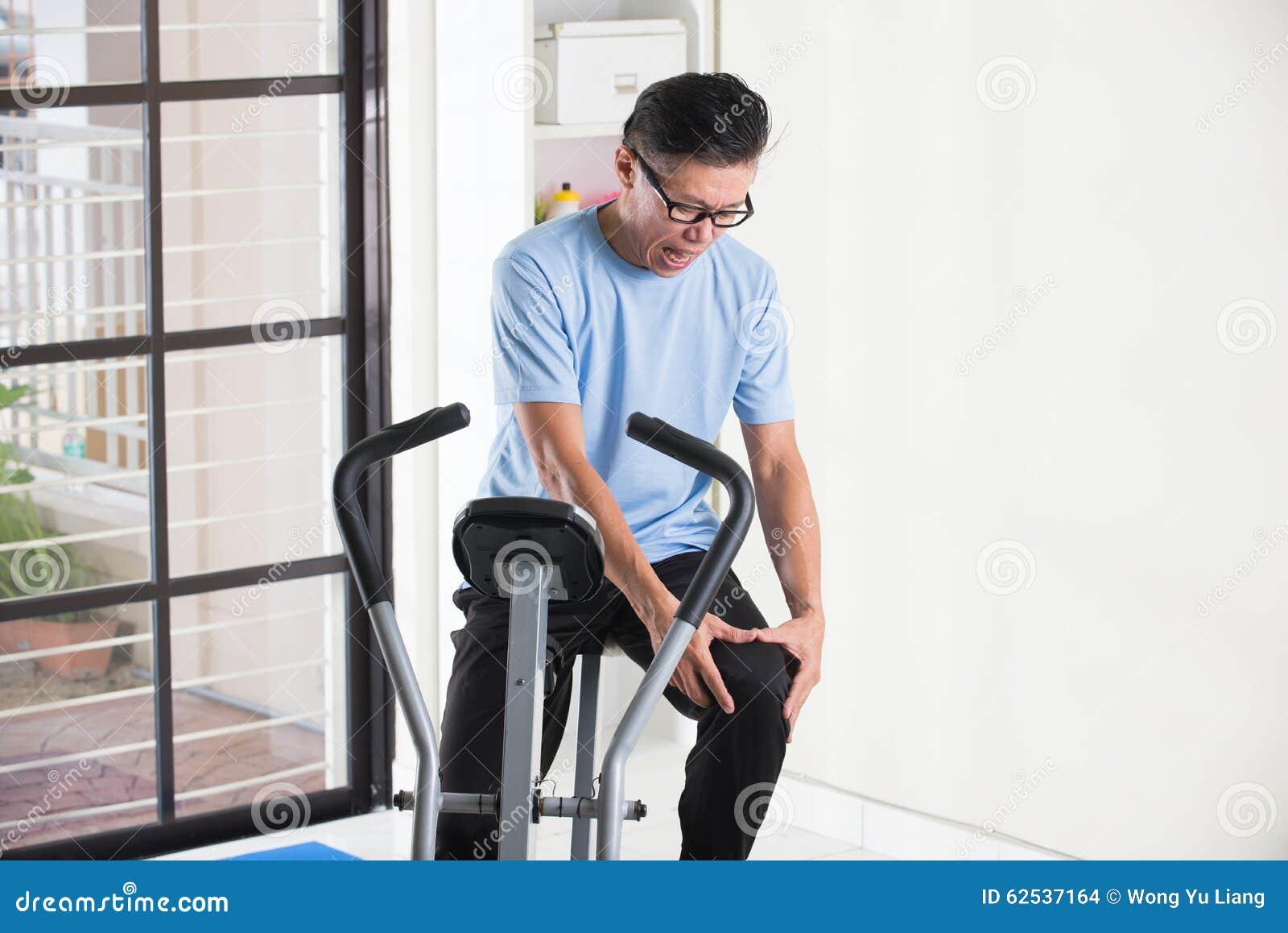 亚洲资深男性膝盖痛苦