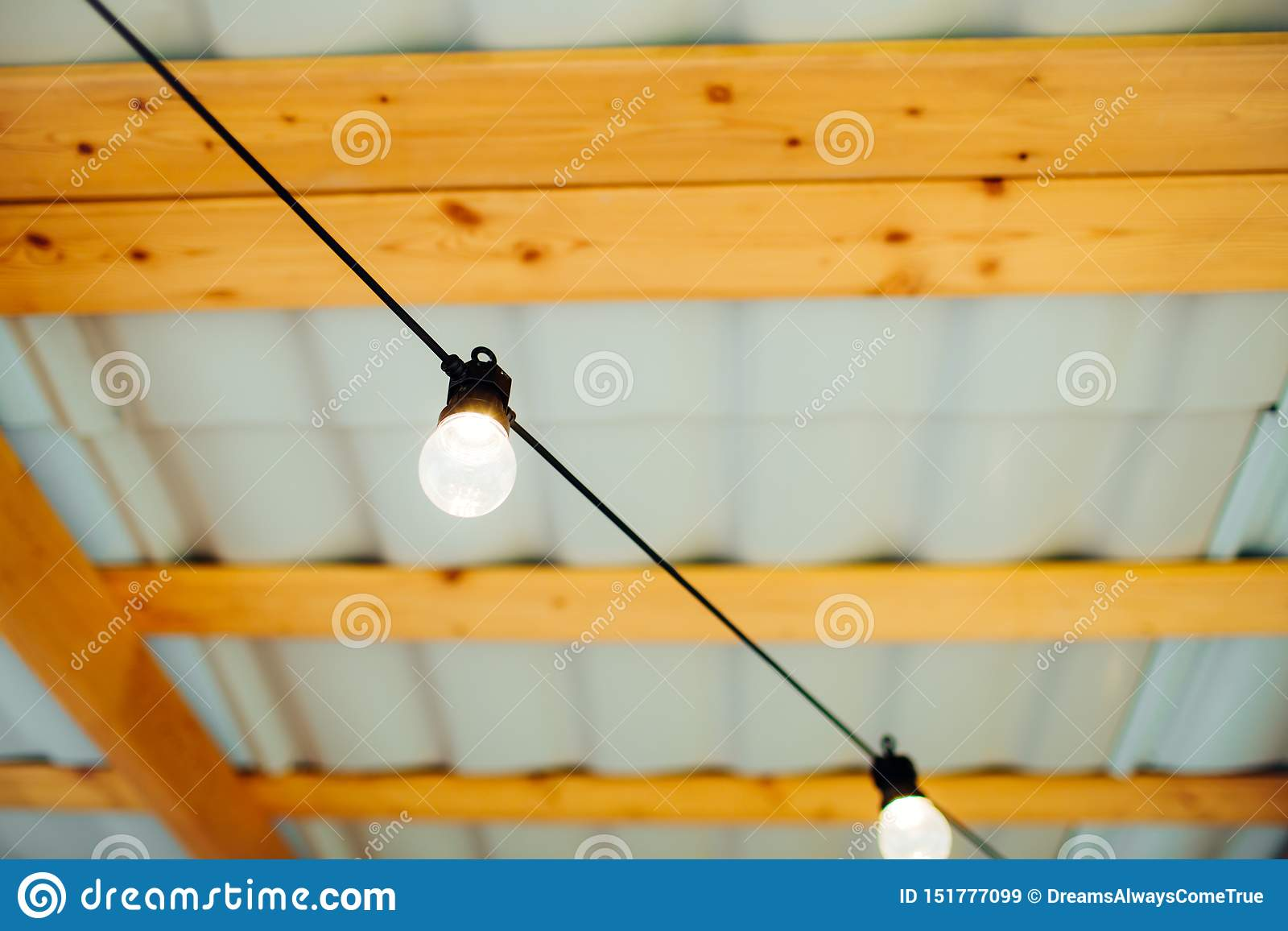 交换在电灯泡有木背景