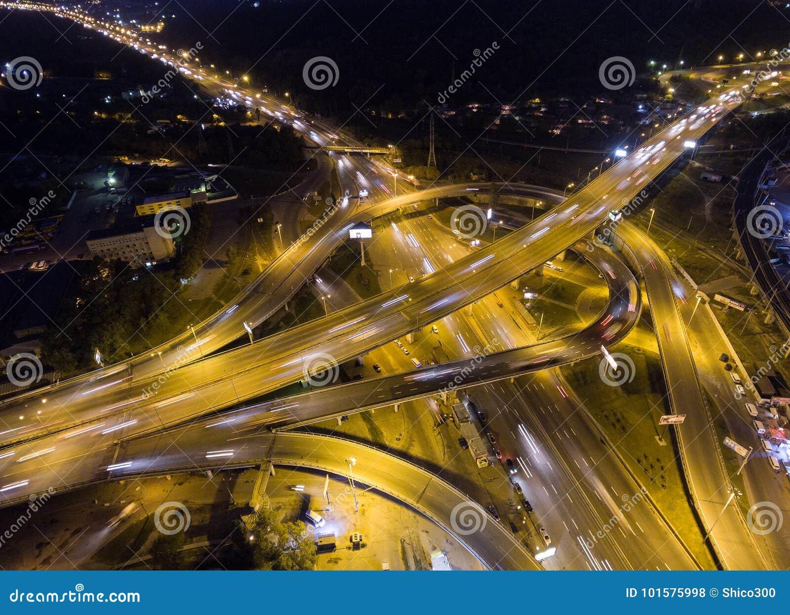 交通垂直的下来上面鸟瞰图在高速公路互换的在晚上