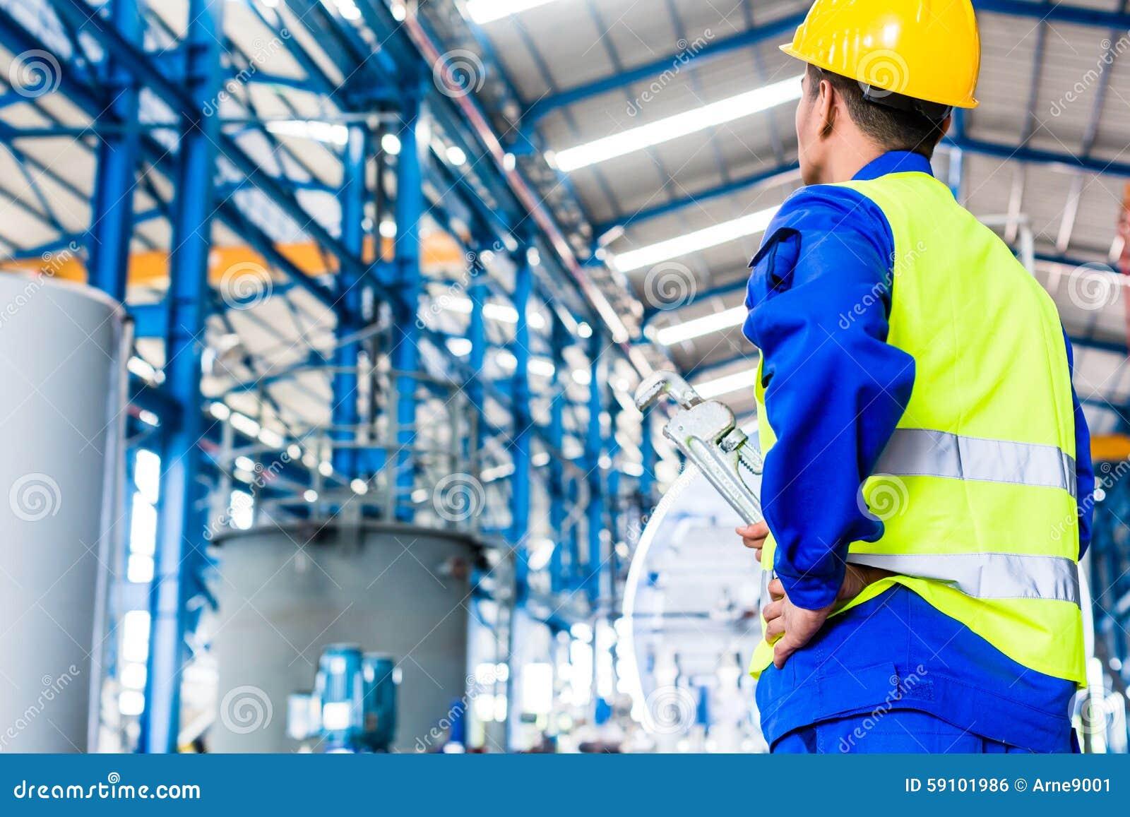 产业工人在有工具的工厂
