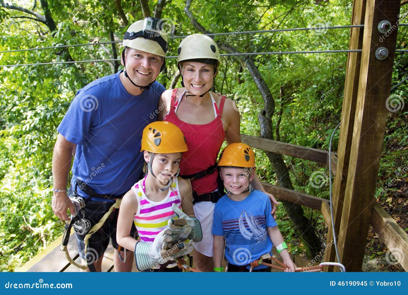 享受一次Zipline冒险的家庭在度假
