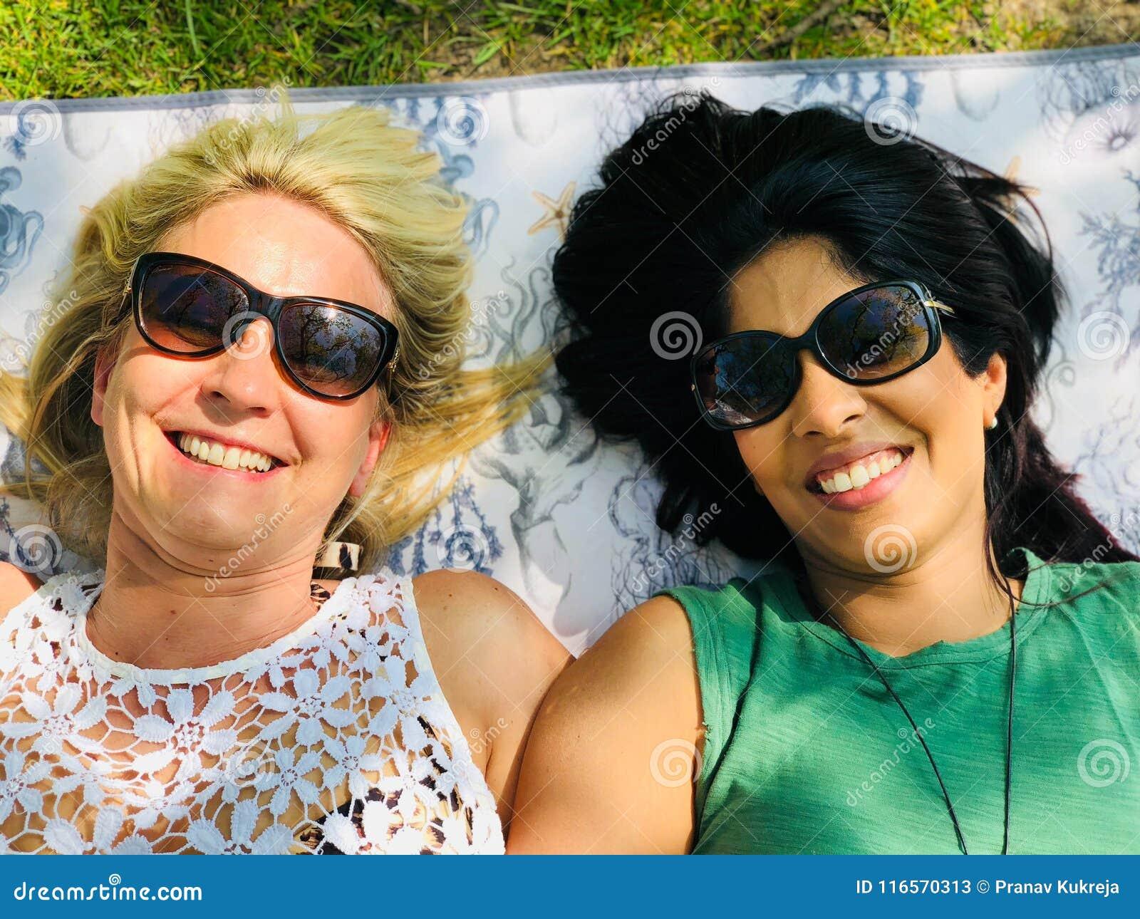 享受一顿室外野餐的相互种族快乐夫妇