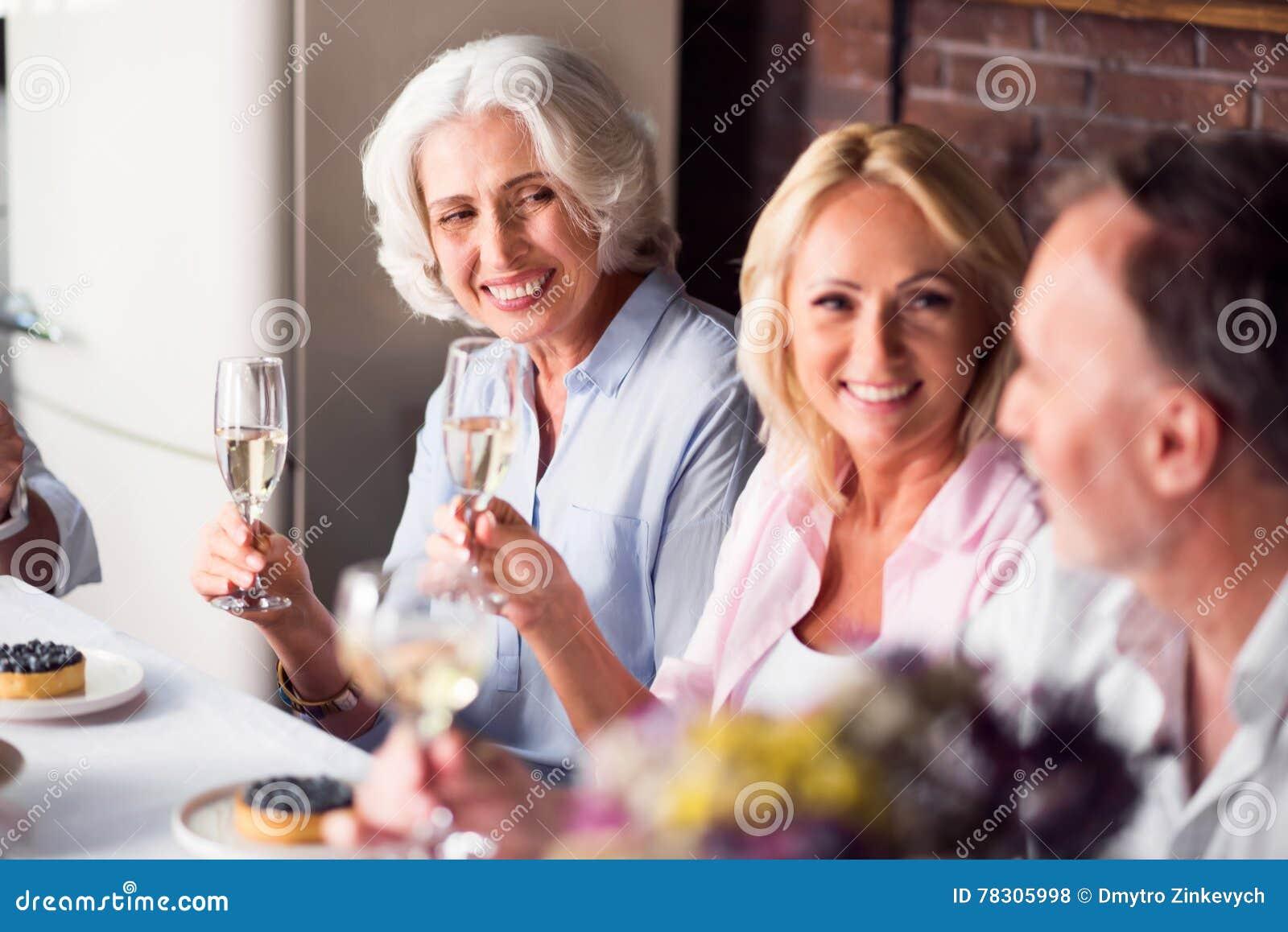 享受与她的家庭的年长妇女庆祝