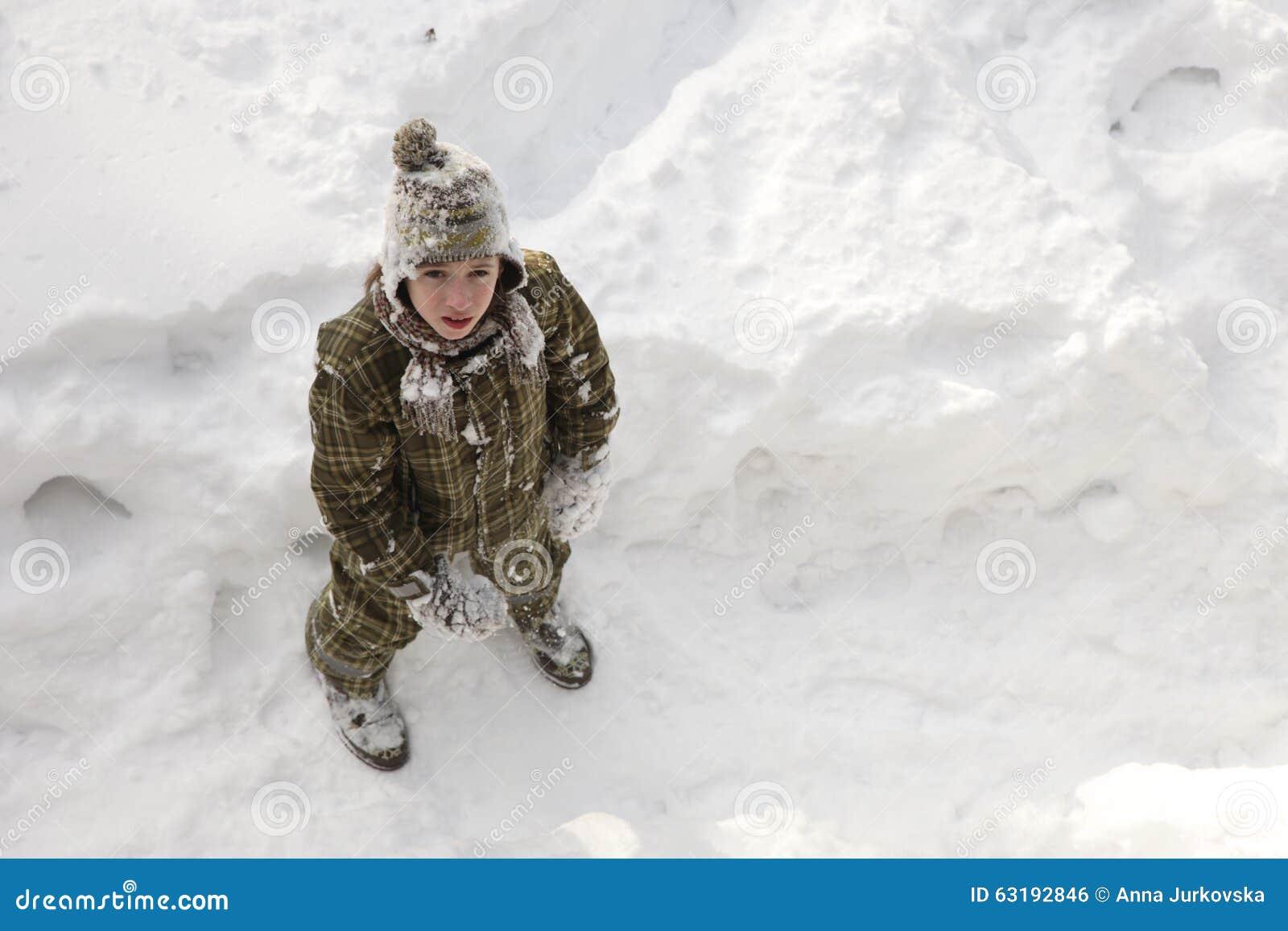 享受冬天的十几岁的男孩