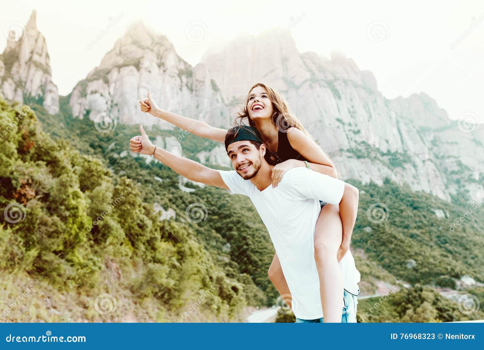 享受在山的美好的年轻夫妇自然
