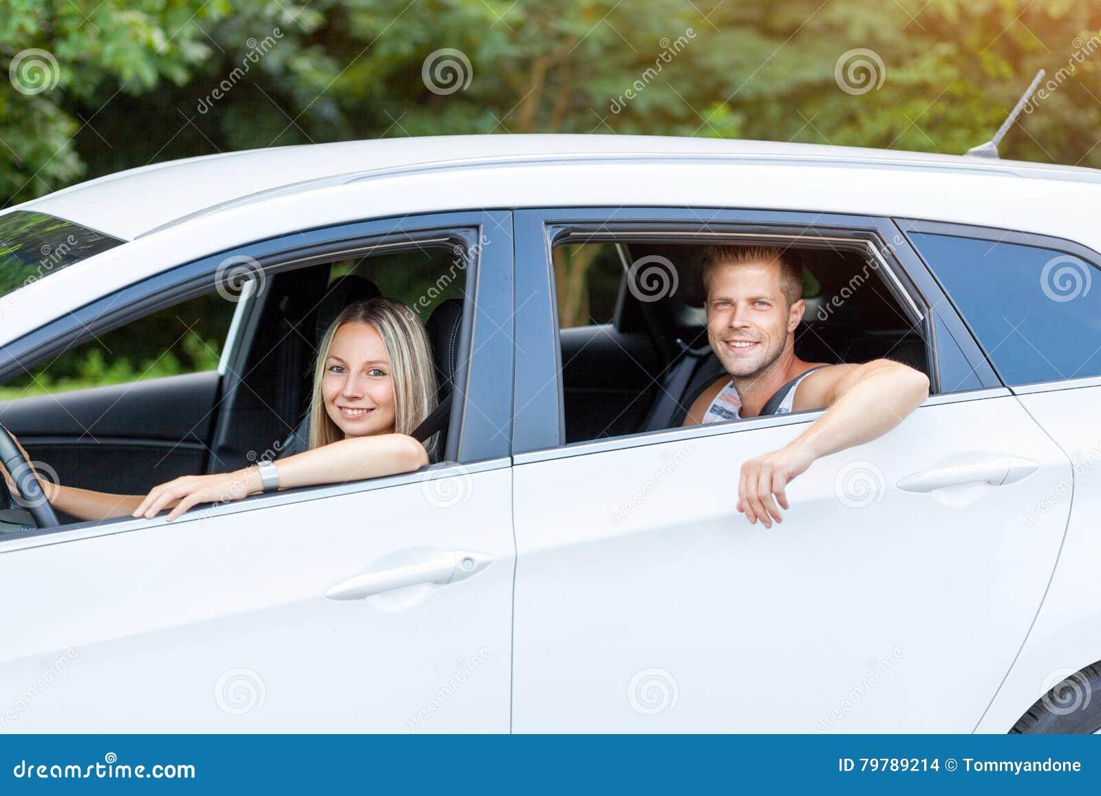 享受在汽车的青年人一roadtrip