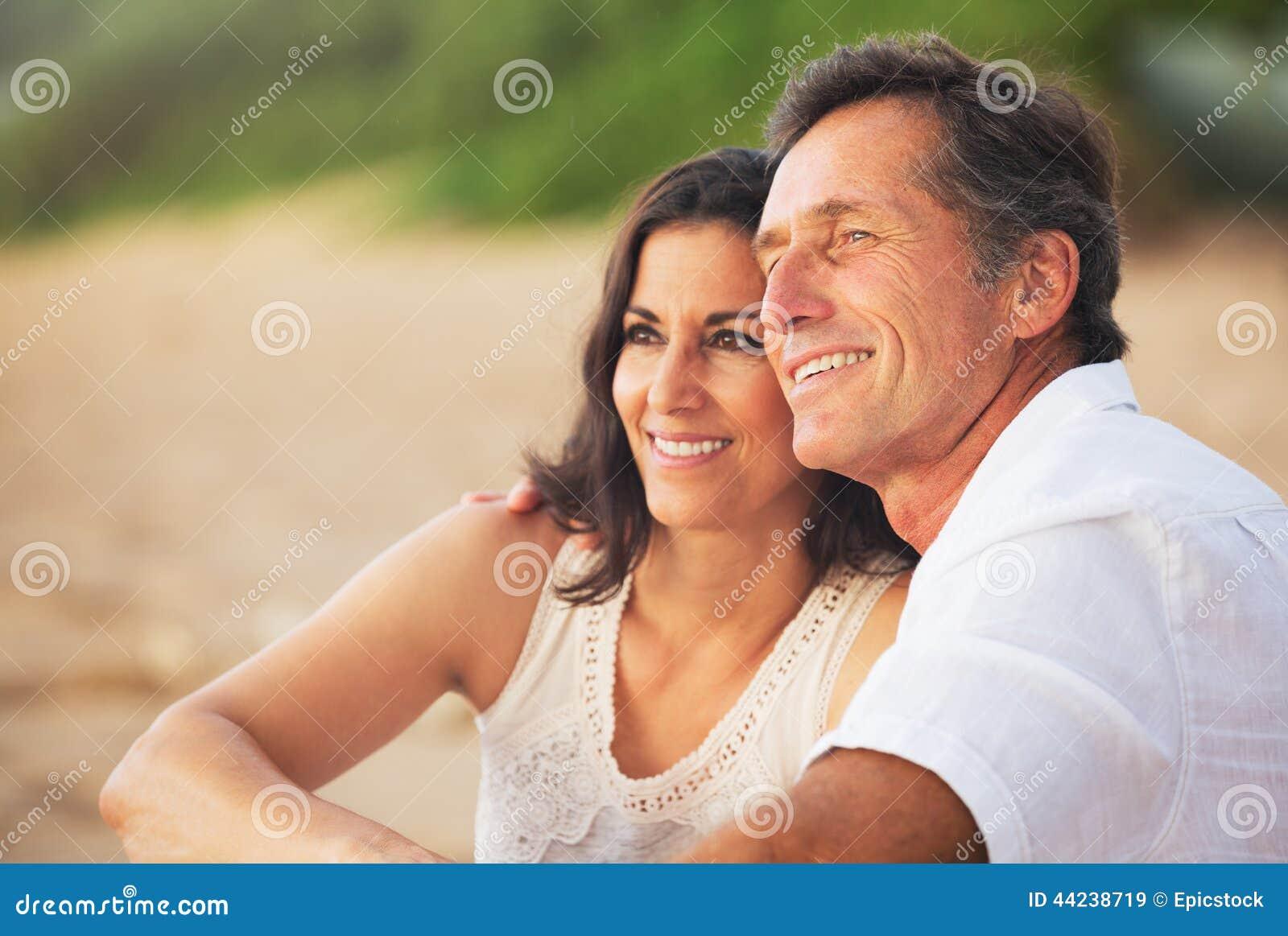 享受在海滩的成熟夫妇日落