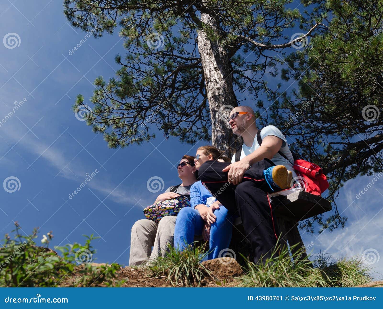 享受在自然的年轻家庭晴天
