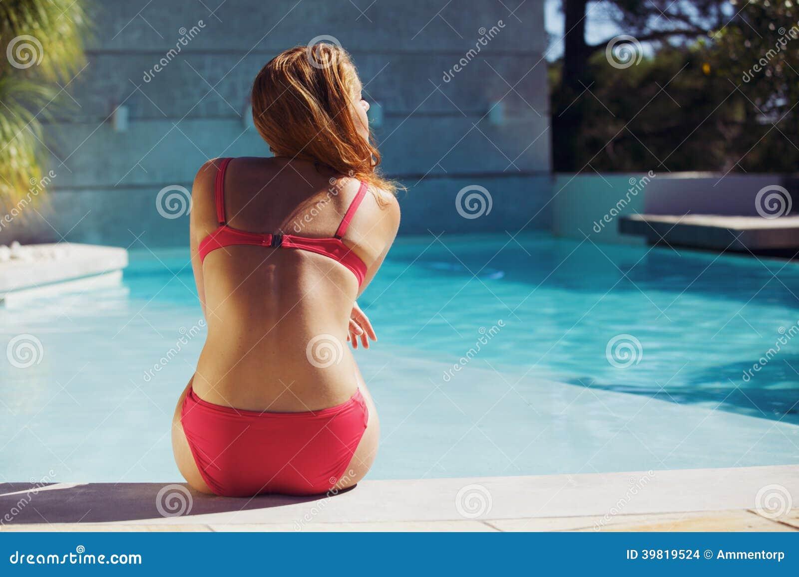 享受夏天的少妇在游泳池