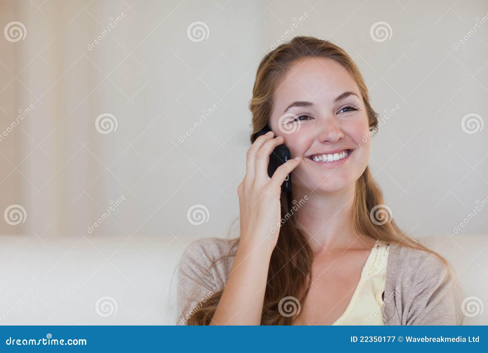 享受她的电话谈话的妇女