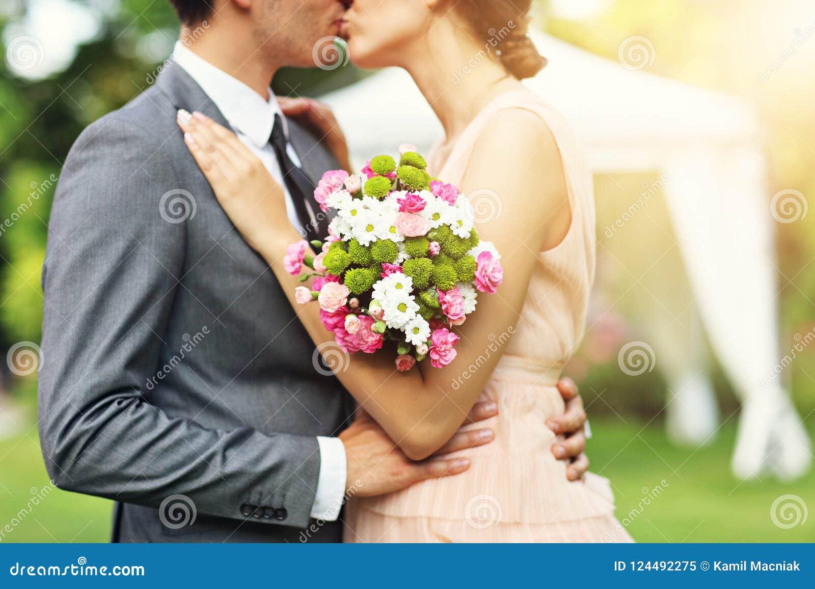 享受婚姻的美好的婚礼夫妇