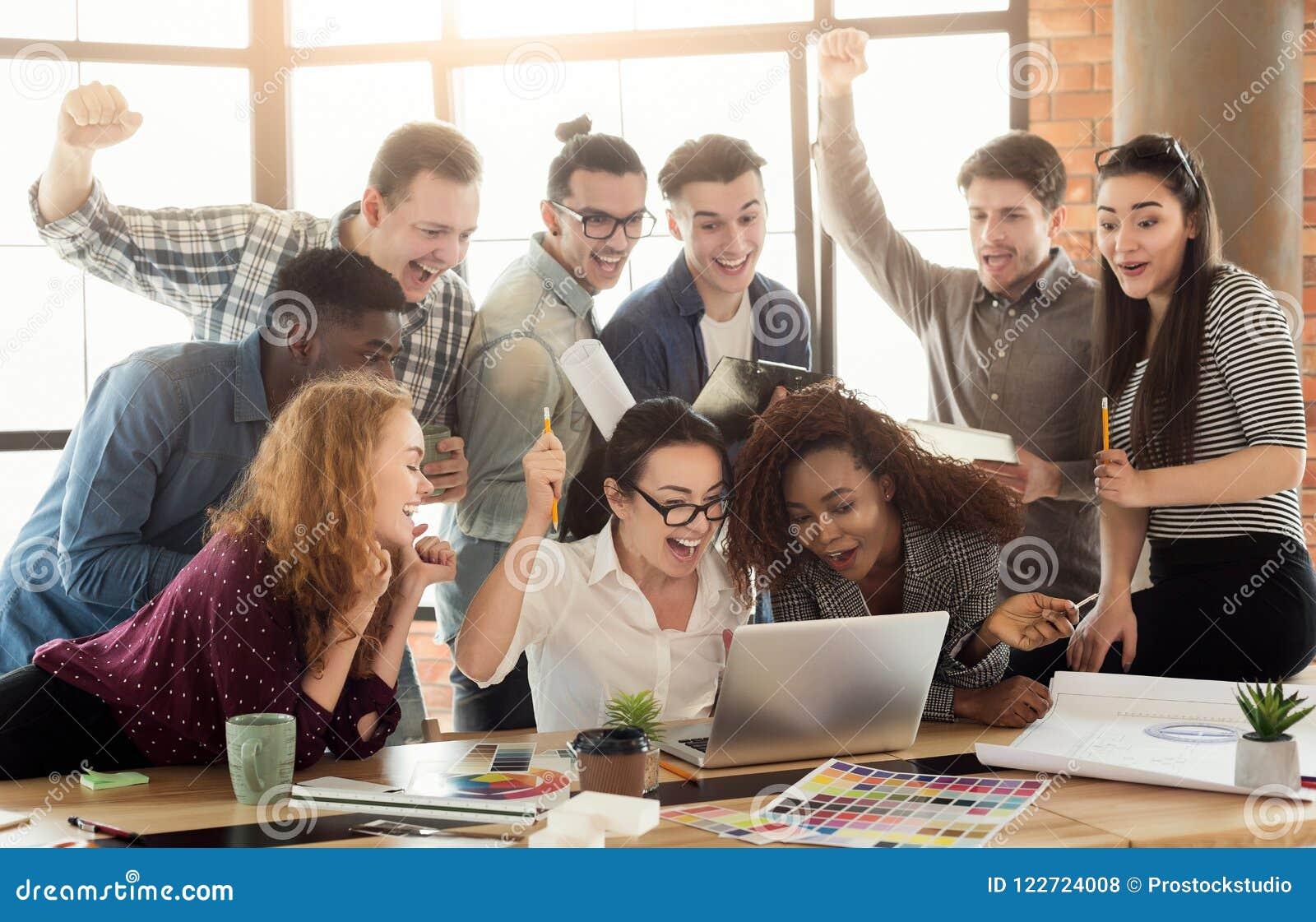 享受成功的年轻设计师队在办公室