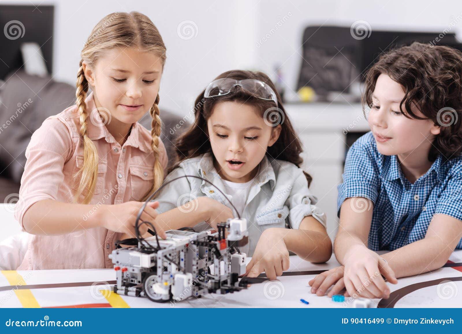 享受技术的高兴矮小的科学家在学校分类