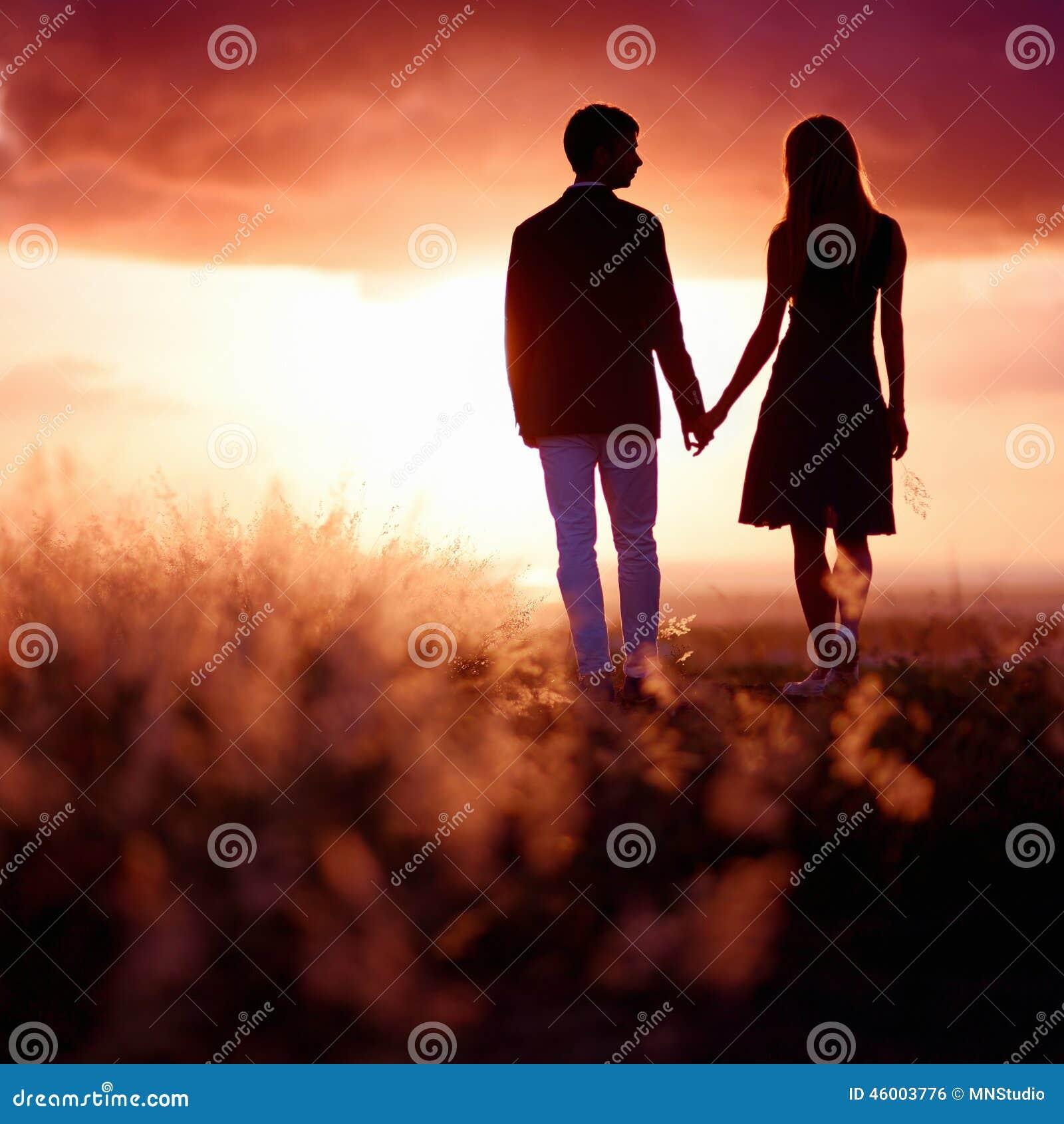 享受日落的年轻夫妇