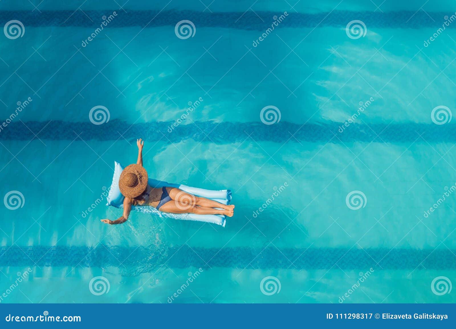 享受晒黑 美丽的概念池假期妇女年轻人 亭亭玉立的少妇顶视图
