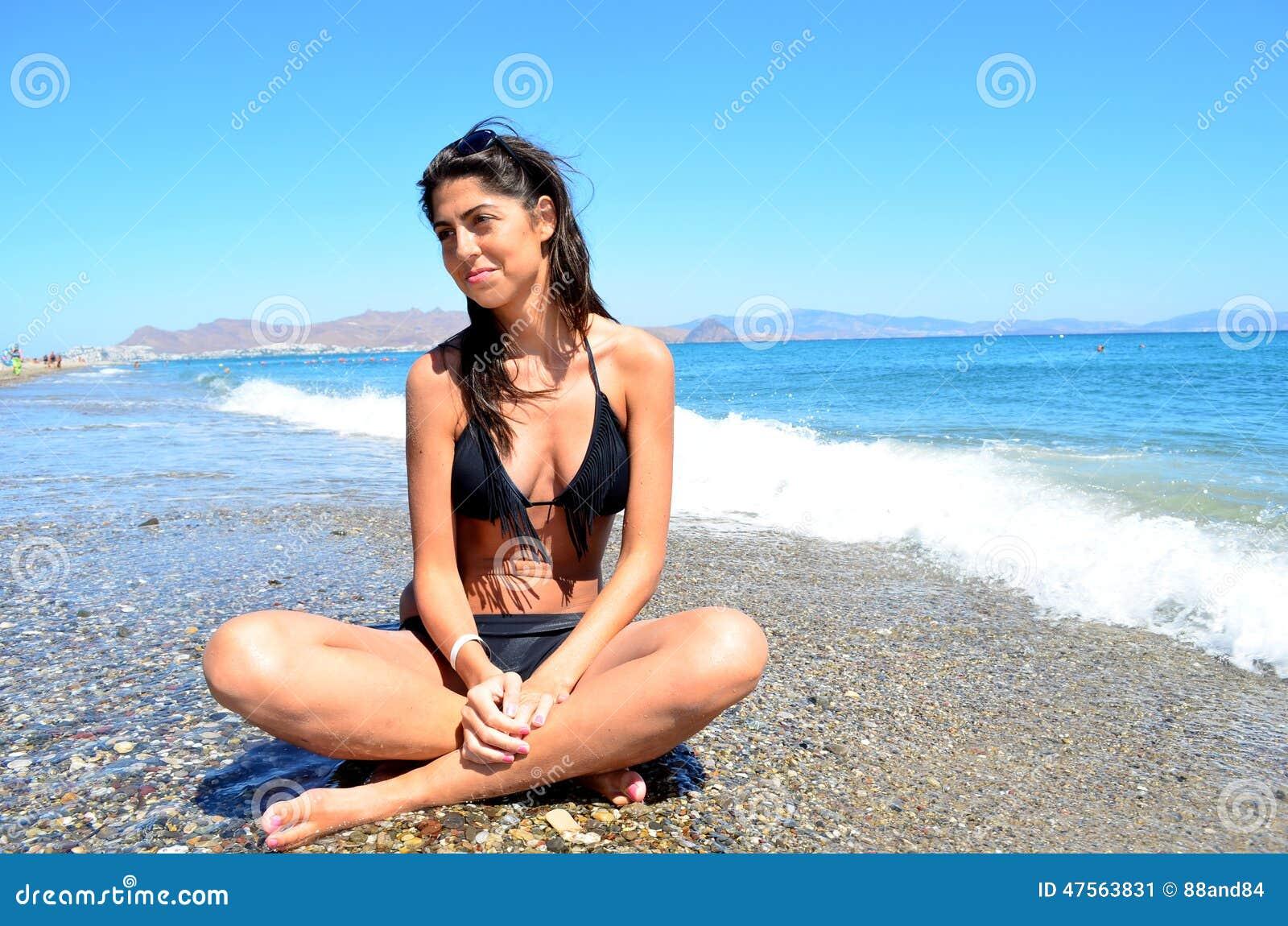 海滩丰满荡妇完整版_有黑泳装的深色的妇女享受在海滩的夏天.