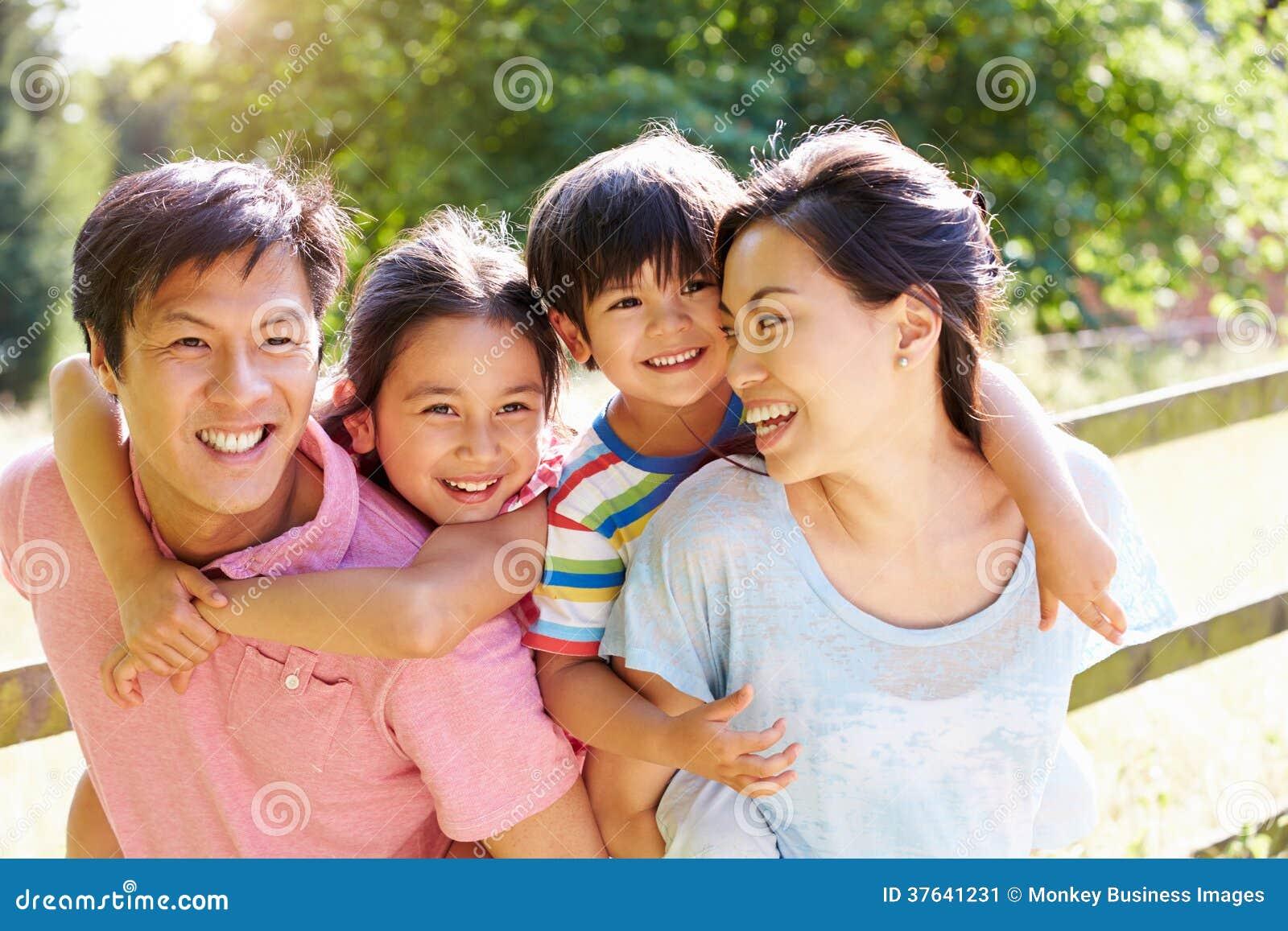享受步行的亚洲家庭在夏天乡下