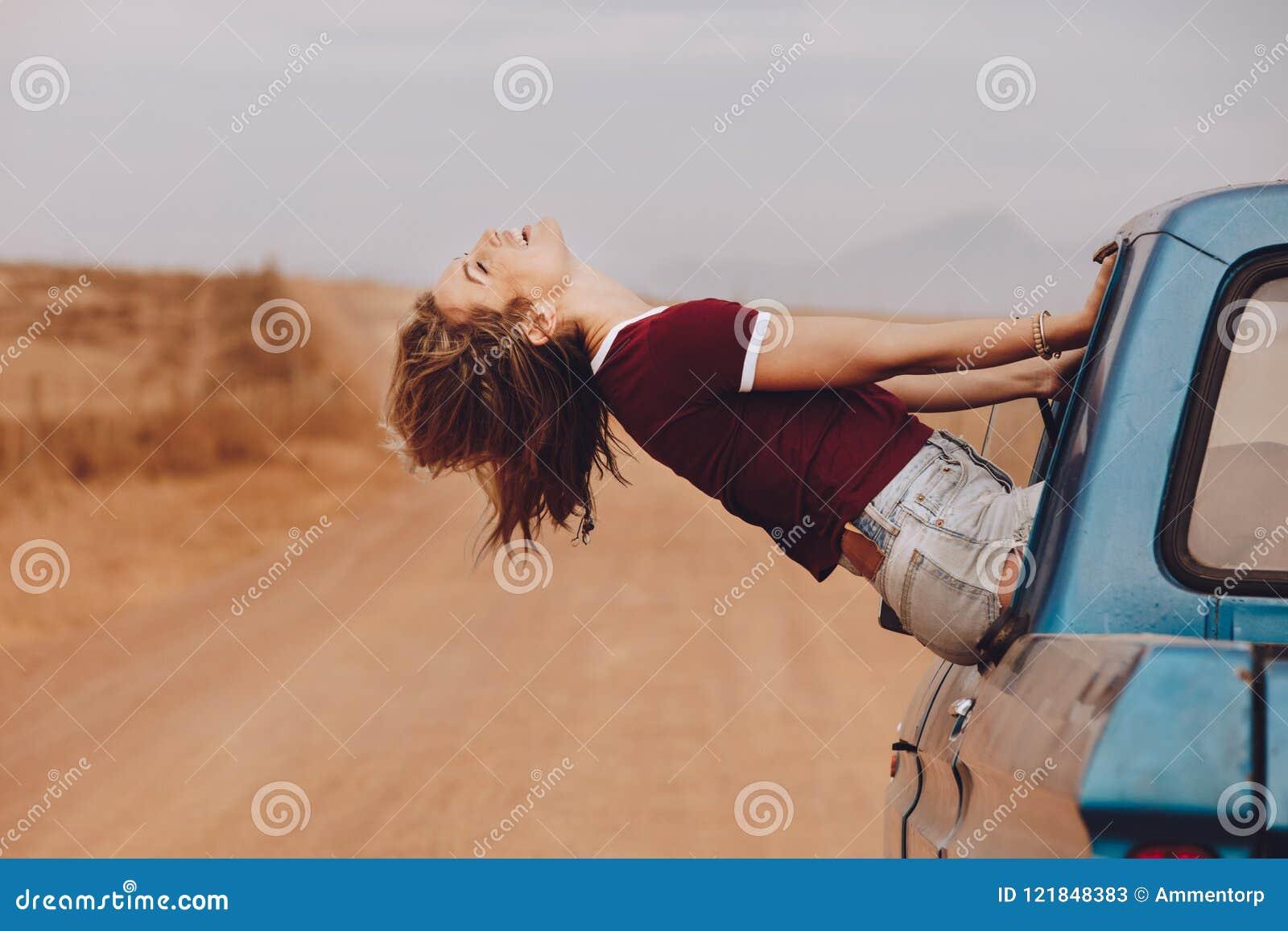 享受汽车乘驾的妇女