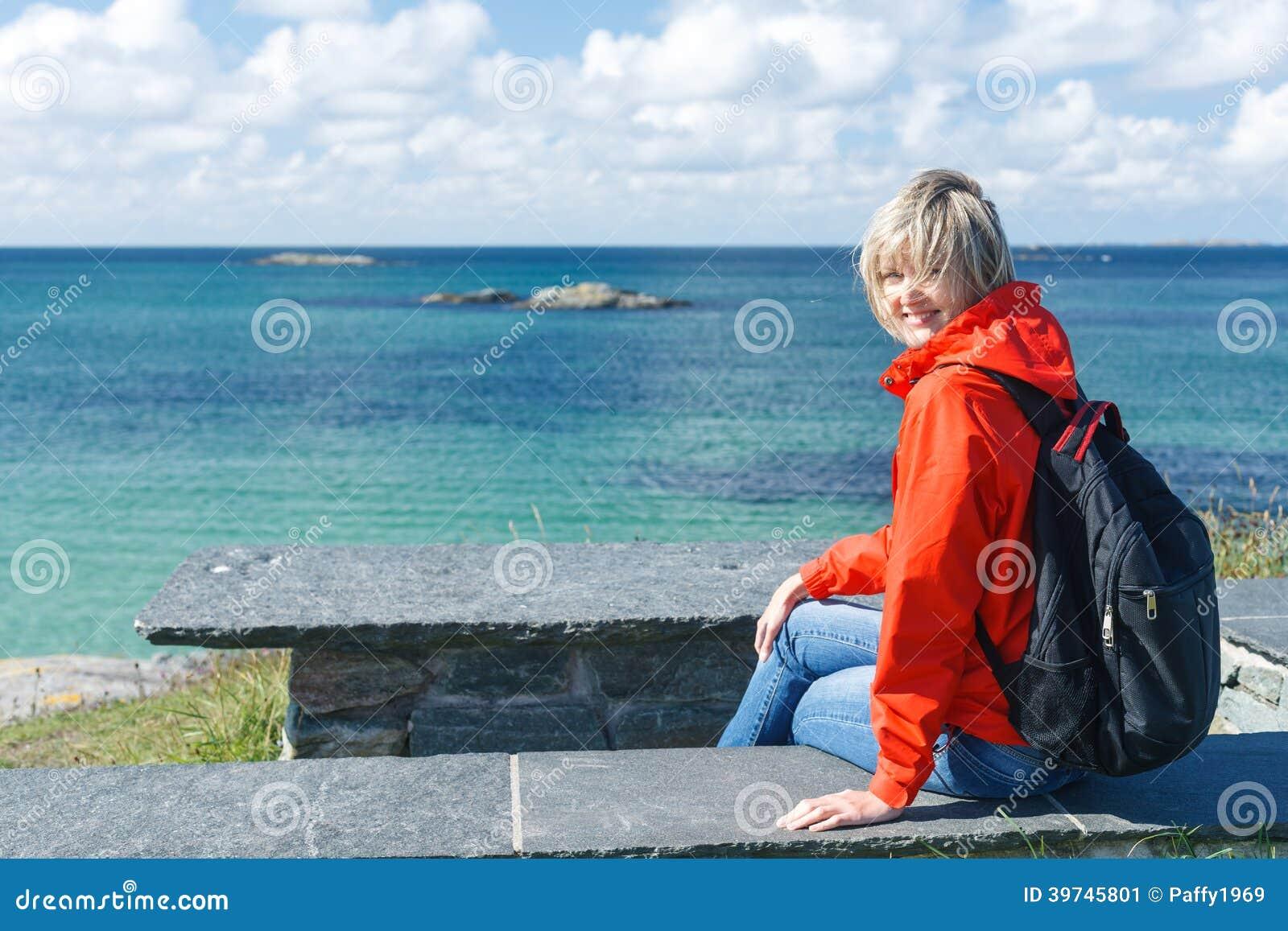 享受海/海洋/海湾视图的愉快的妇女
