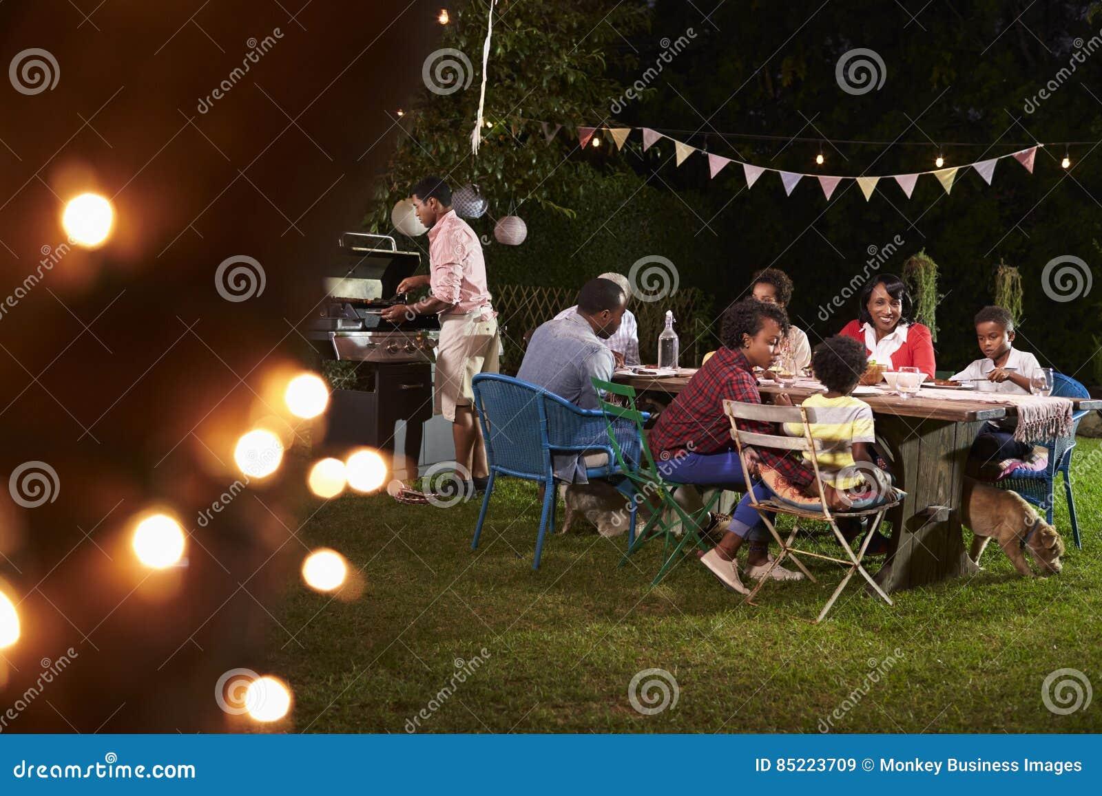享受烤肉晚餐的多一代黑色家庭