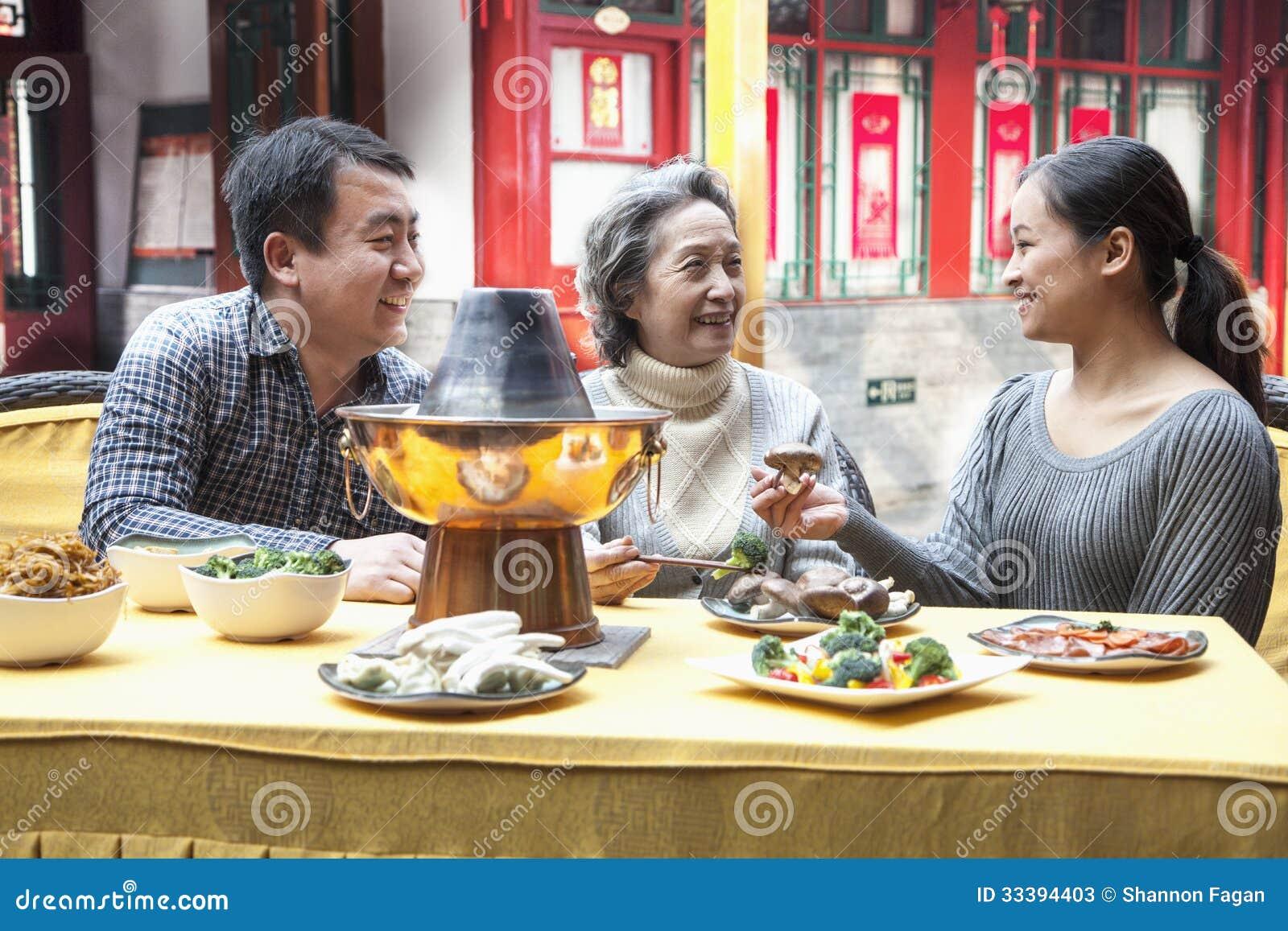 享受繁体中文膳食的家庭