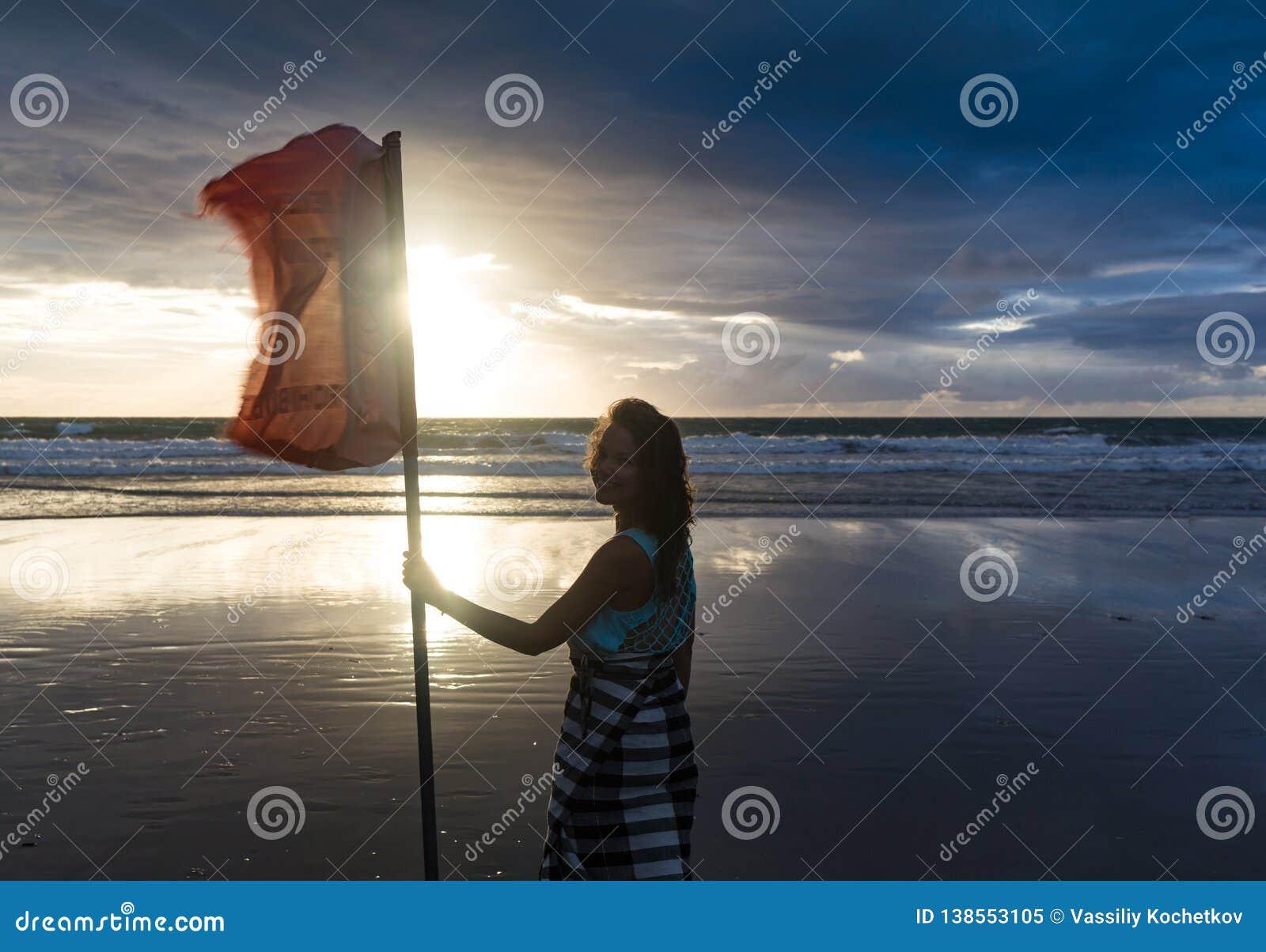 享受自由的自由的妇女感到愉快在海滩在日落 纯净的幸福的美丽的平静的松弛妇女和