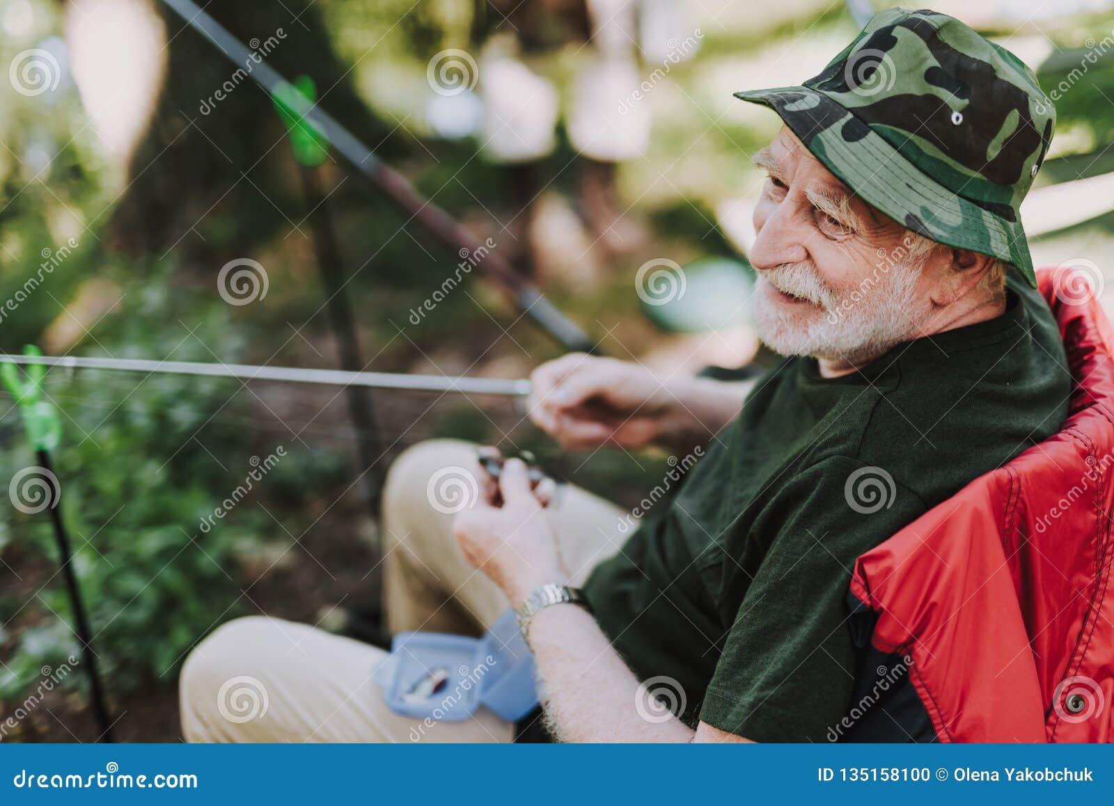 享受钓鱼的快乐的年长人在周末